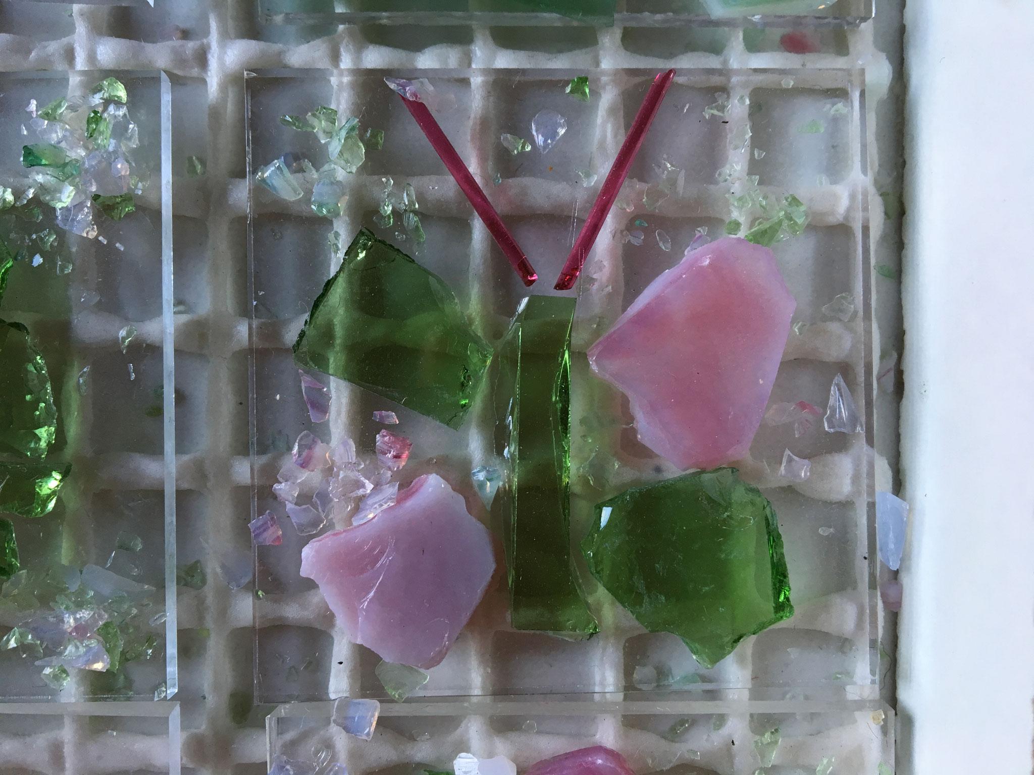 und einem wunderschönen Schmetterling aus rosa und hellgrünem Glas!