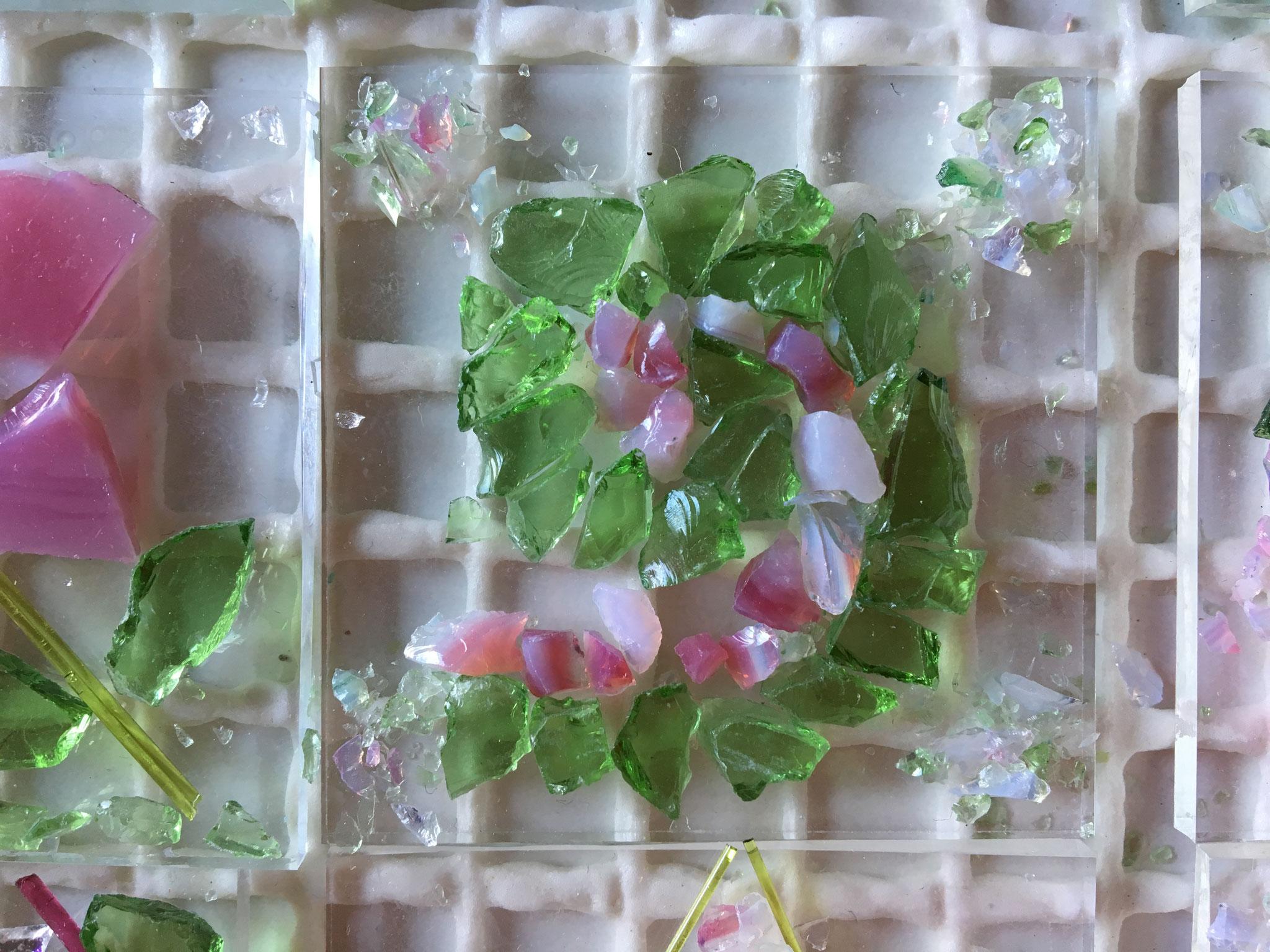 .... Spiralen, kunstvoll aus einzelnen Glasstückchen gelegt...