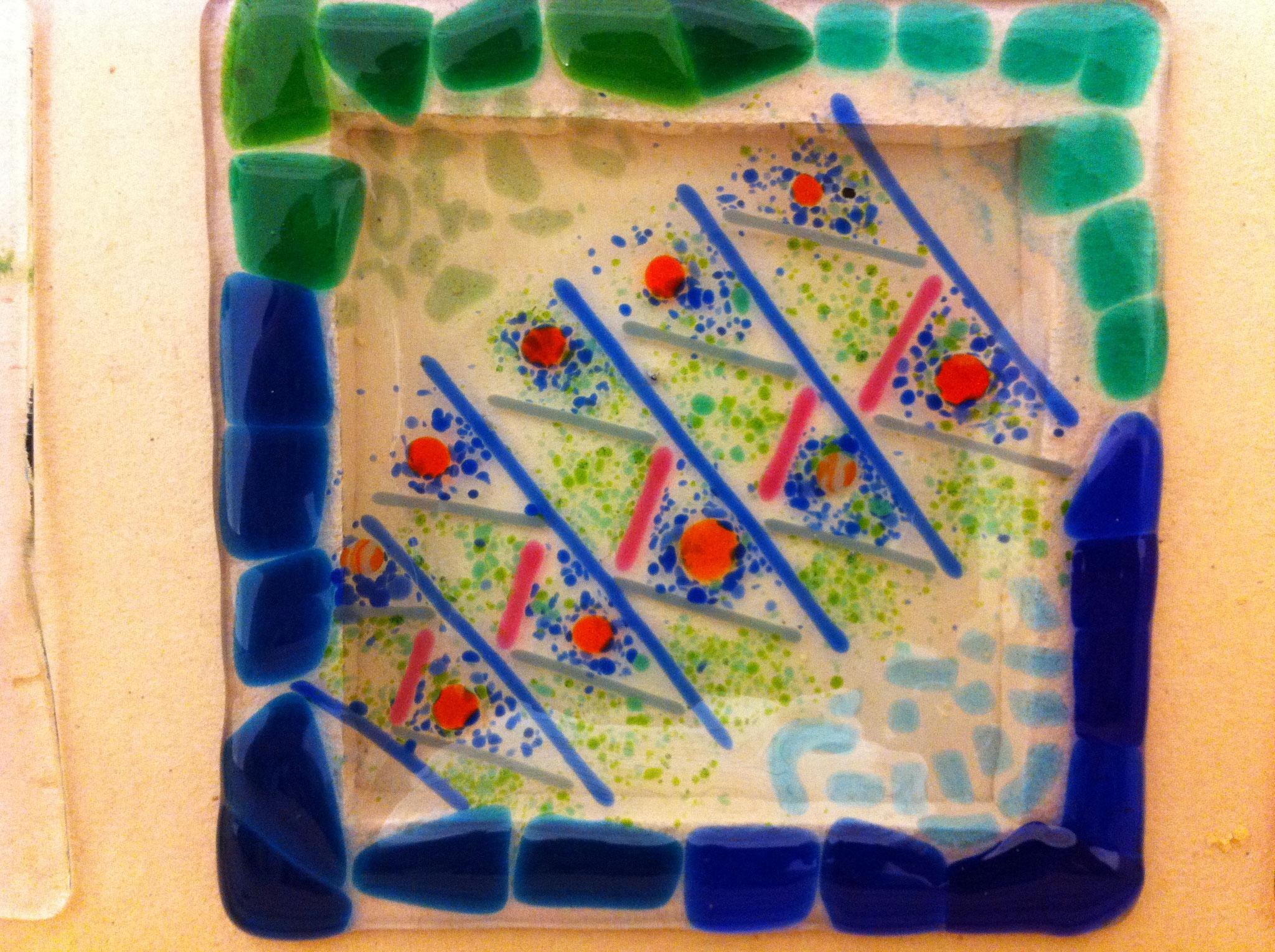Schale aus Glas mit symmetrischem Motiv