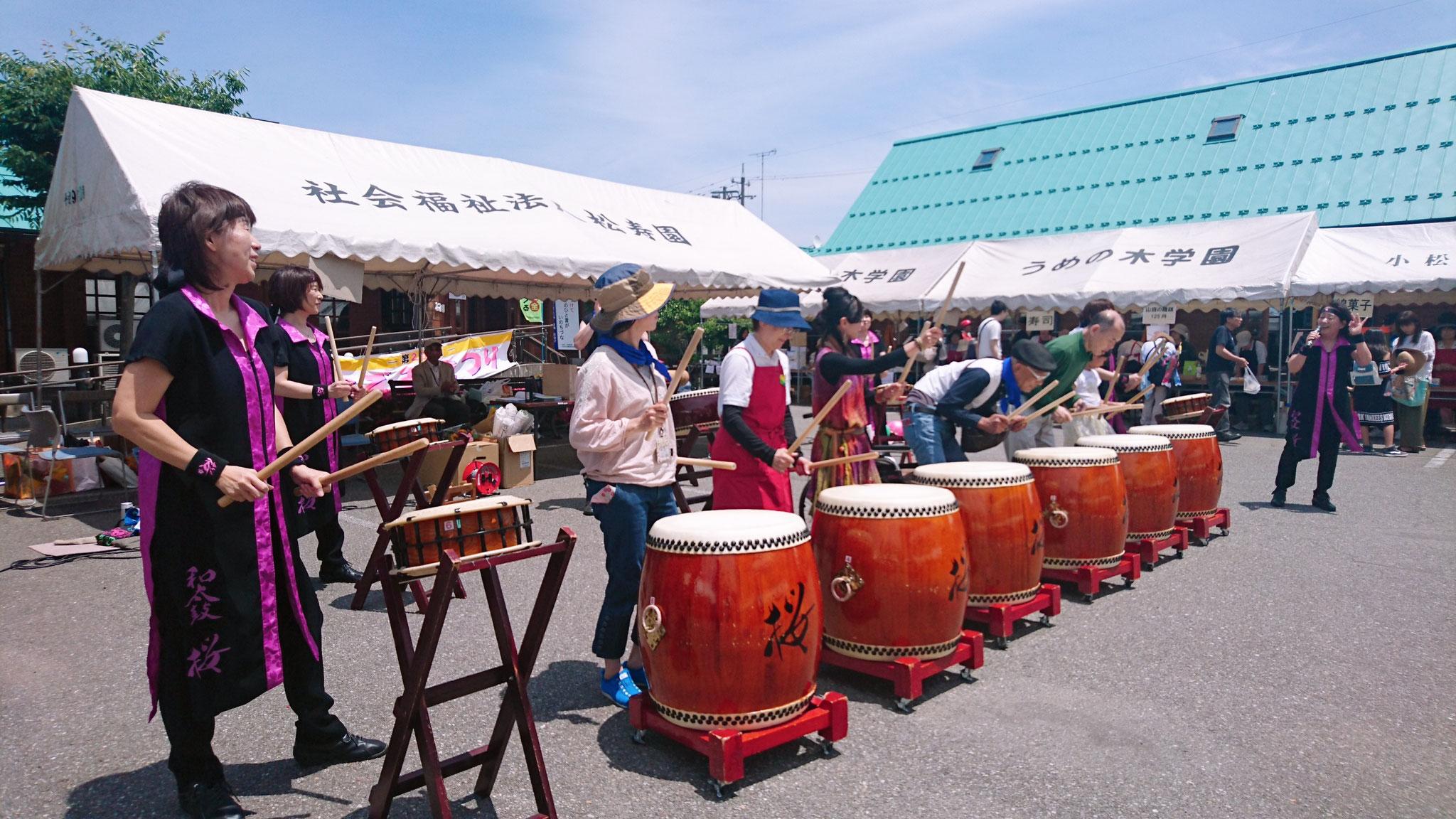 和太鼓「桜」さんの太鼓をみんなも叩かせてもらいました♪