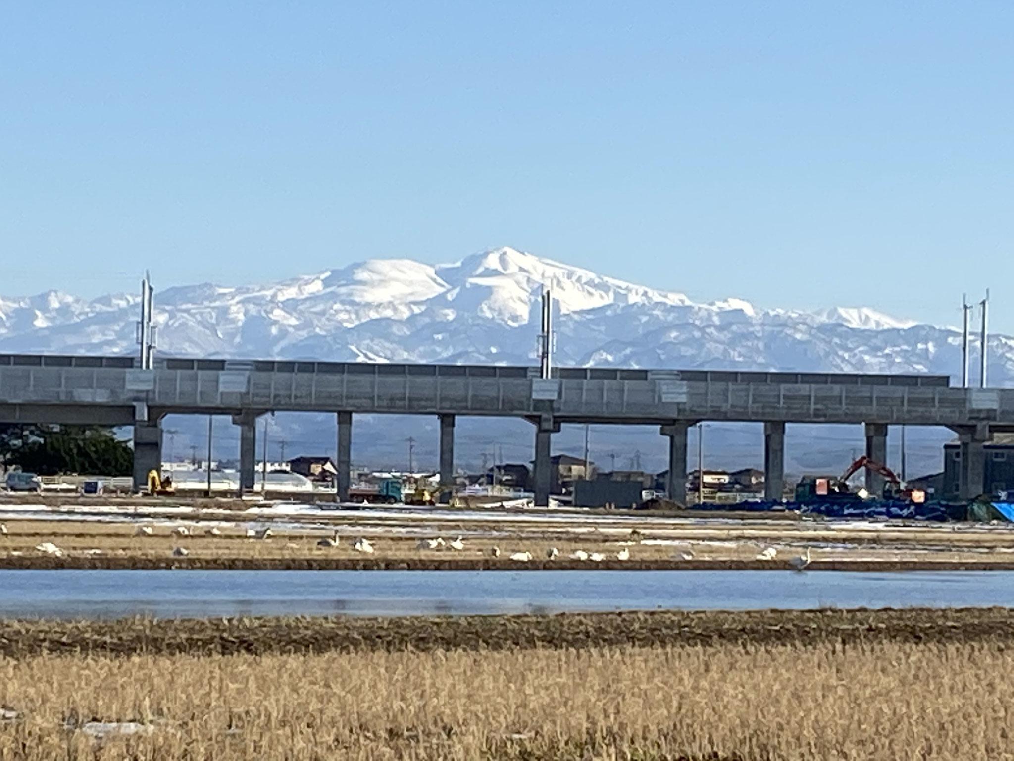 金沢から敦賀に向かう工事中の北陸新幹線越しに 中ノ江町付近 R3.1.21