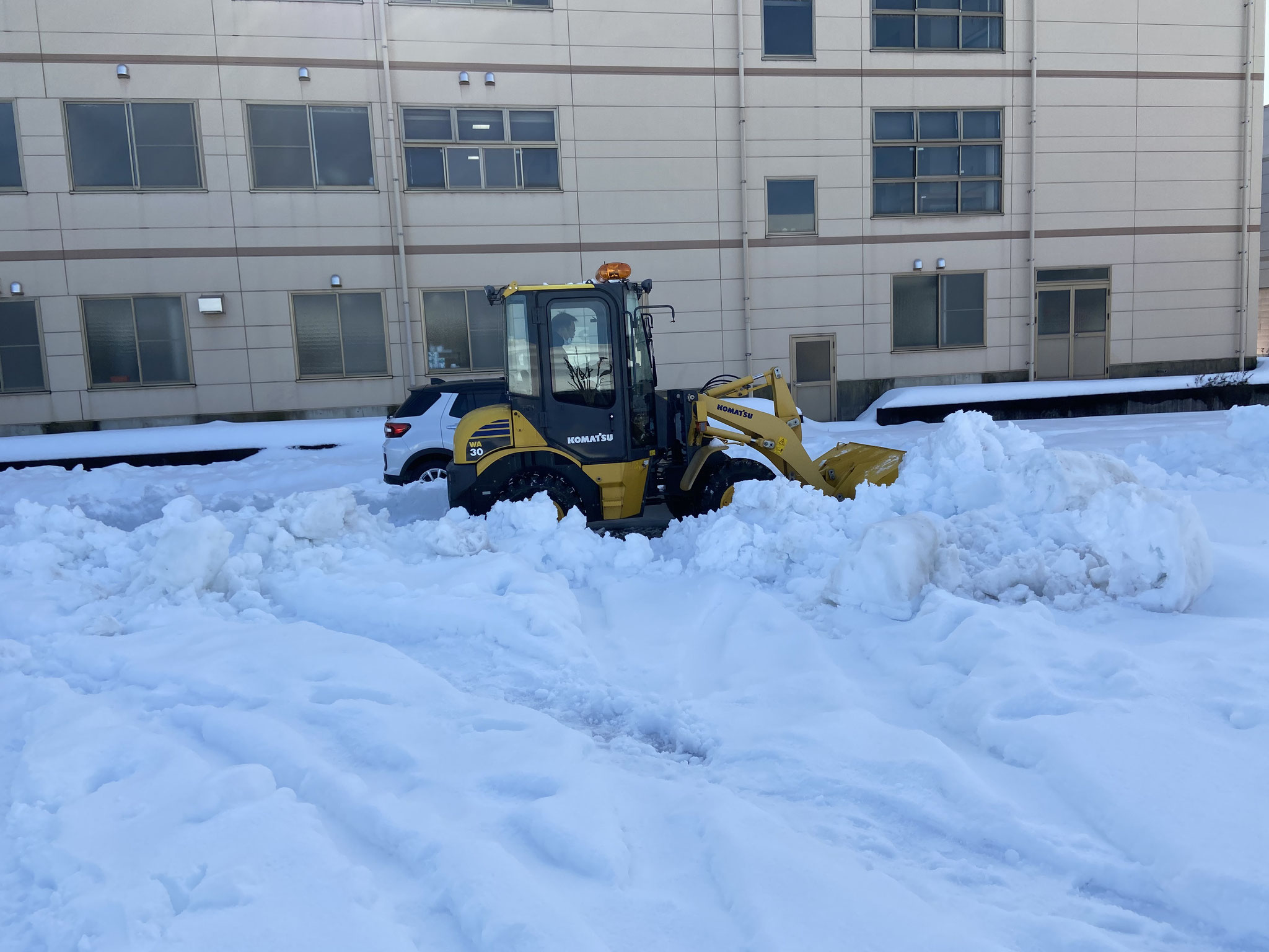 ドンドン雪を駐車場外へ運び出します。