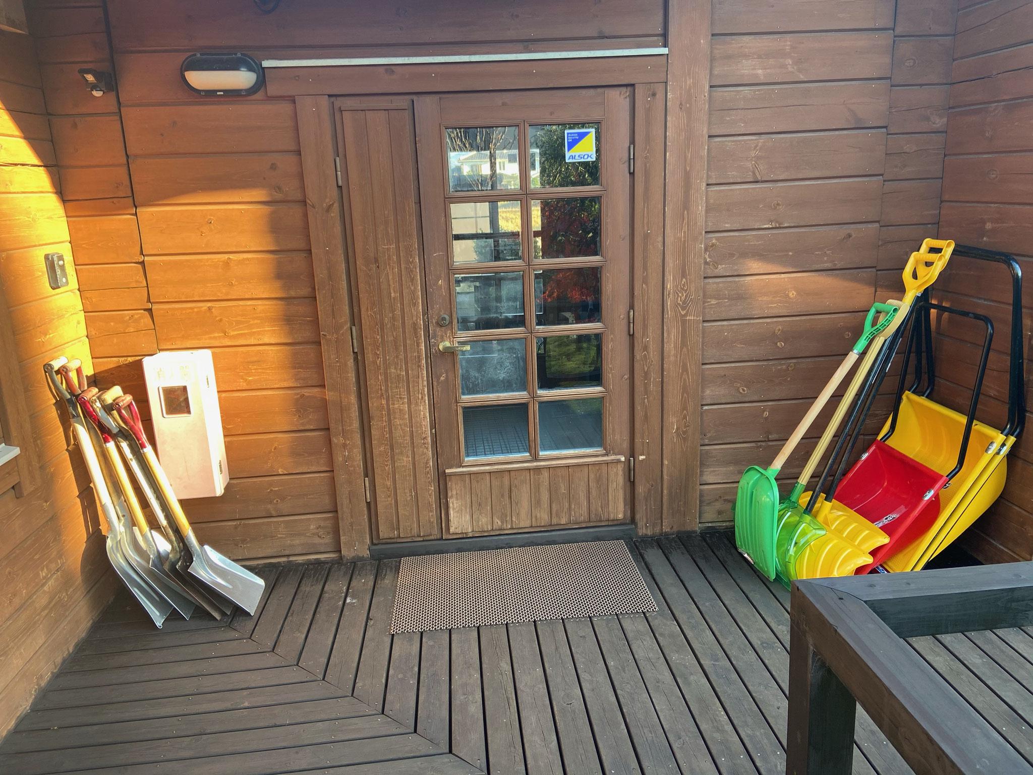 玄関わきに用意した人力除雪用品