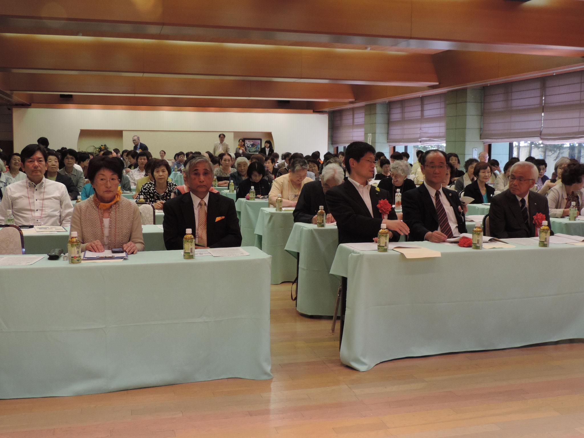 前列は開会前の緊張した大会役員と来賓の方々です。