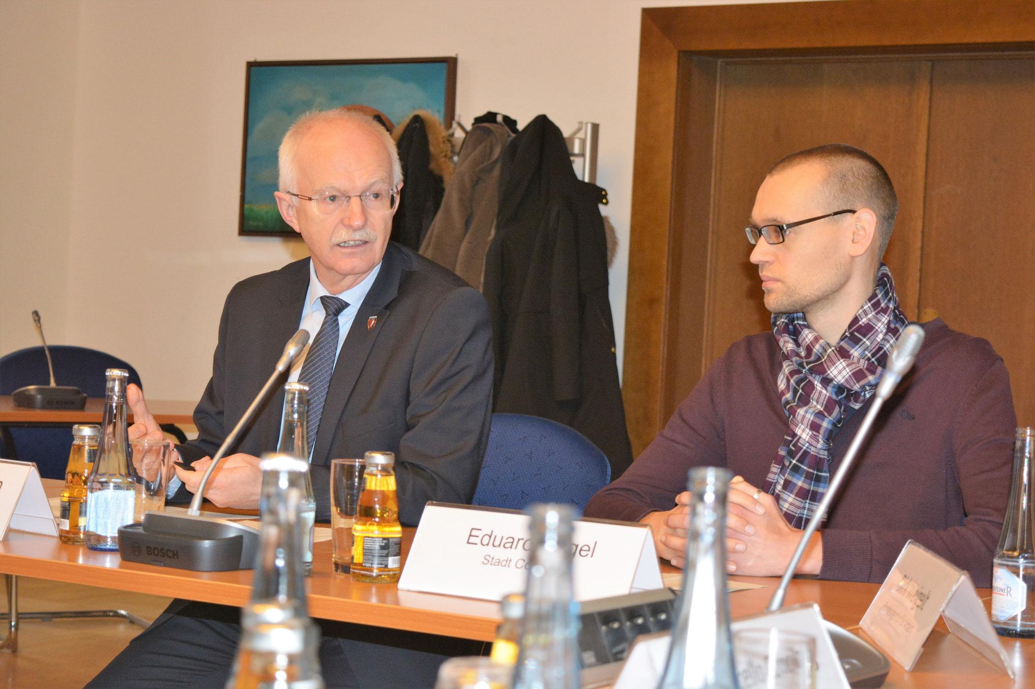 Coesfelds Bürgermeister Heinz Öhmann stellt Eduard Nagel als Jobcoach vor. Foto: wfc