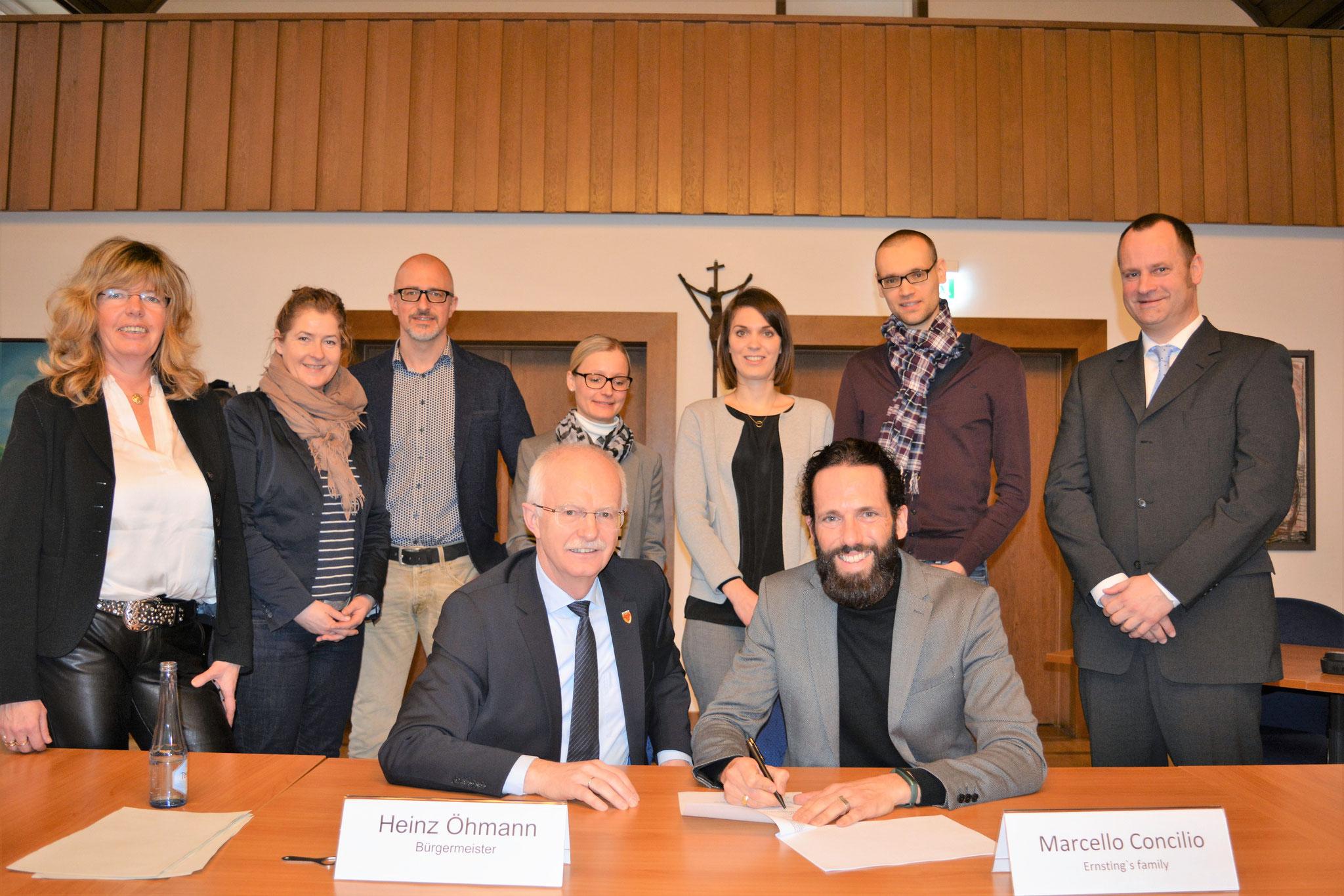 Die Sponsoren des Angebots unterzeichnen die Verträge über die Co-Finanzierung des Angebots. Foto: wfc