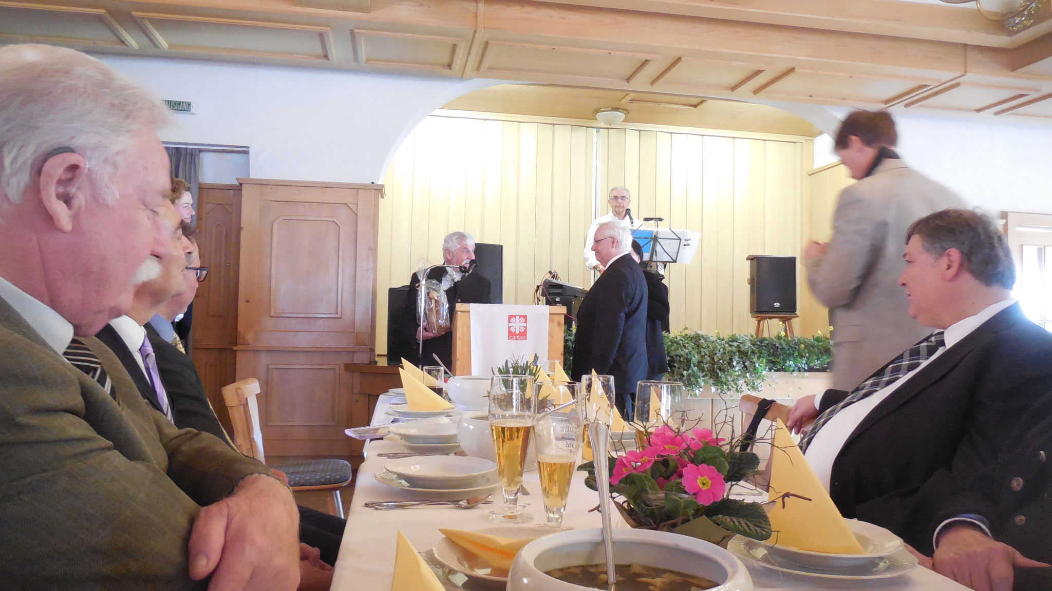 Caritasdirektor Franz Mattes überreicht einen Engel.