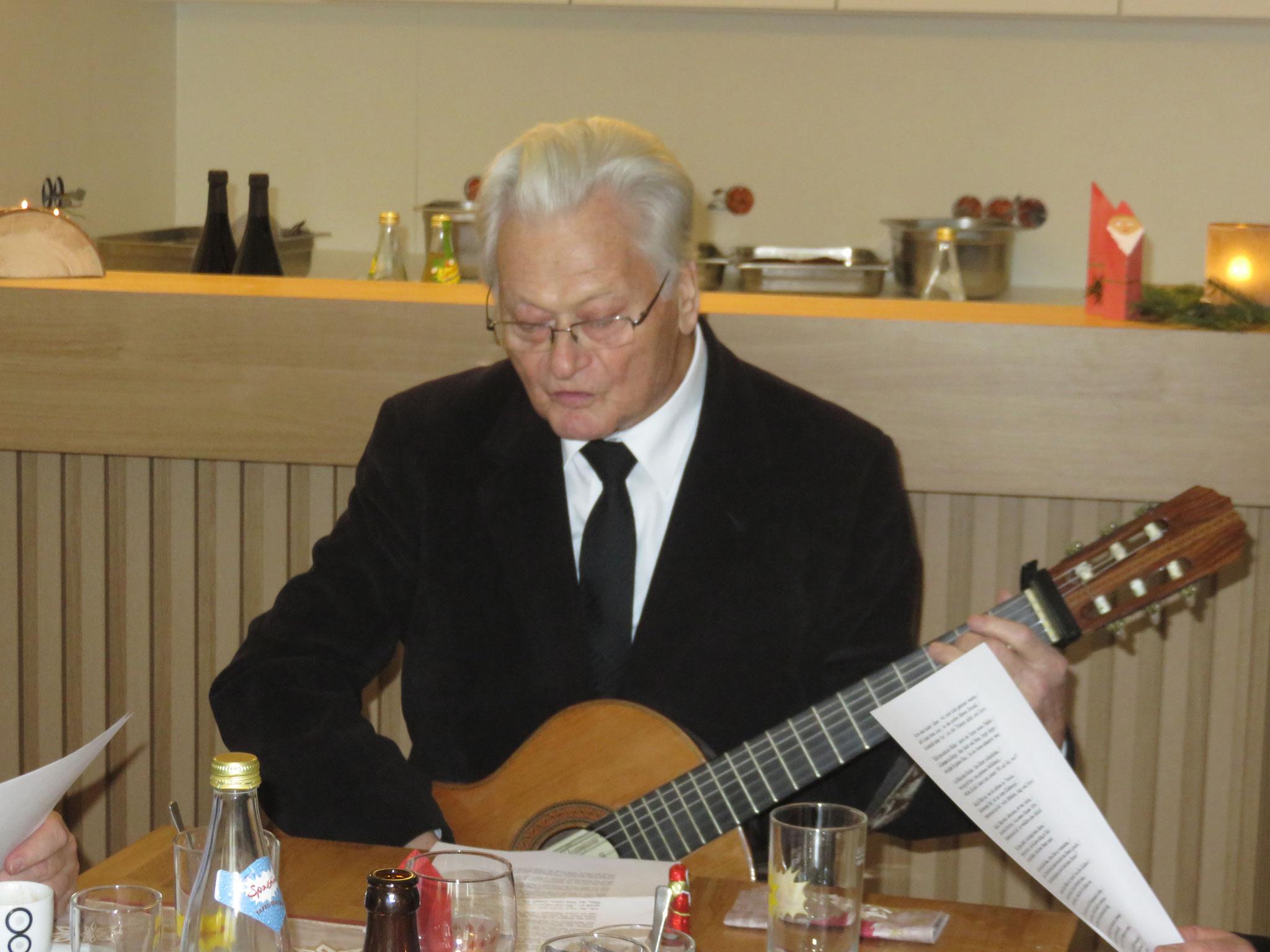 Pfarrer Wohlmuth stimmt das Nikolauslied an.