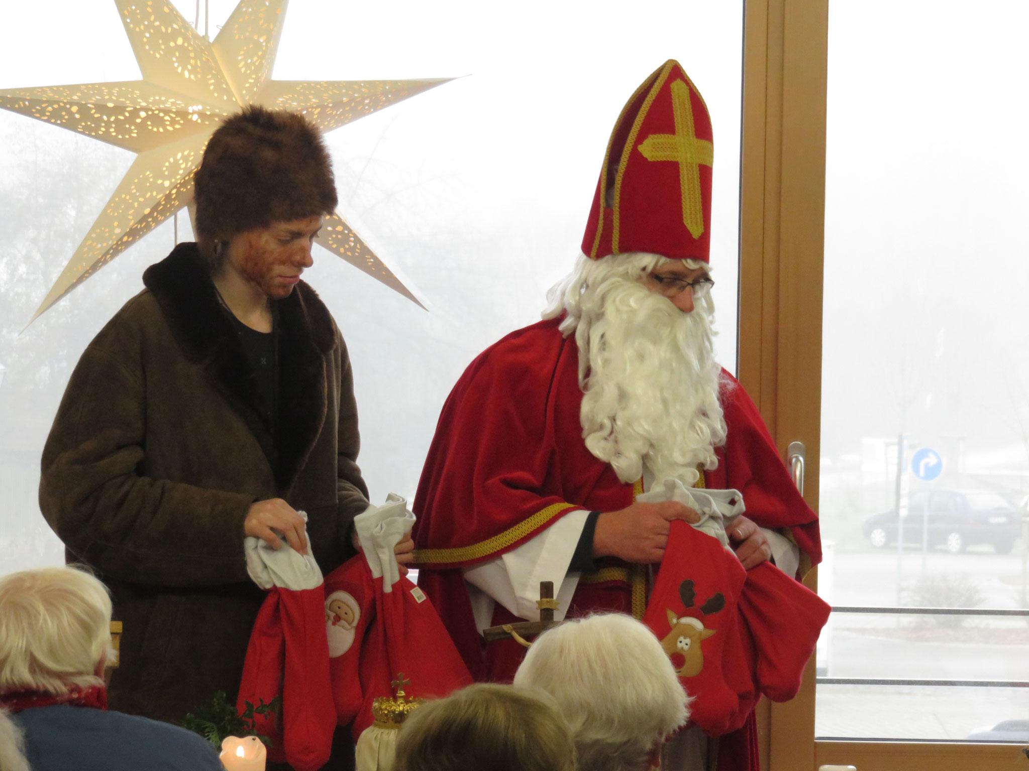 Und jetzt gibt es natürlich Geschenke vom Nikolaus.