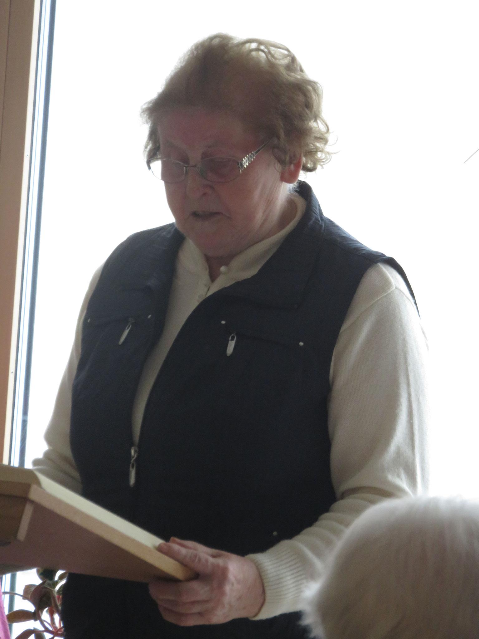 Anni Popp, die ehrenamtlich die Wort-Gottes-Feiern gestaltet