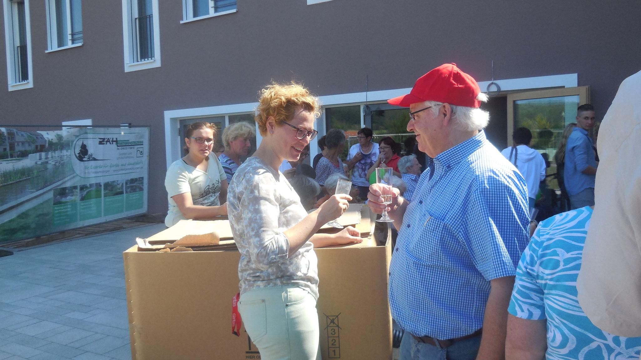 Anstoßen auf die Zukunft: Melanie Bößl und Josef Zimmmermann