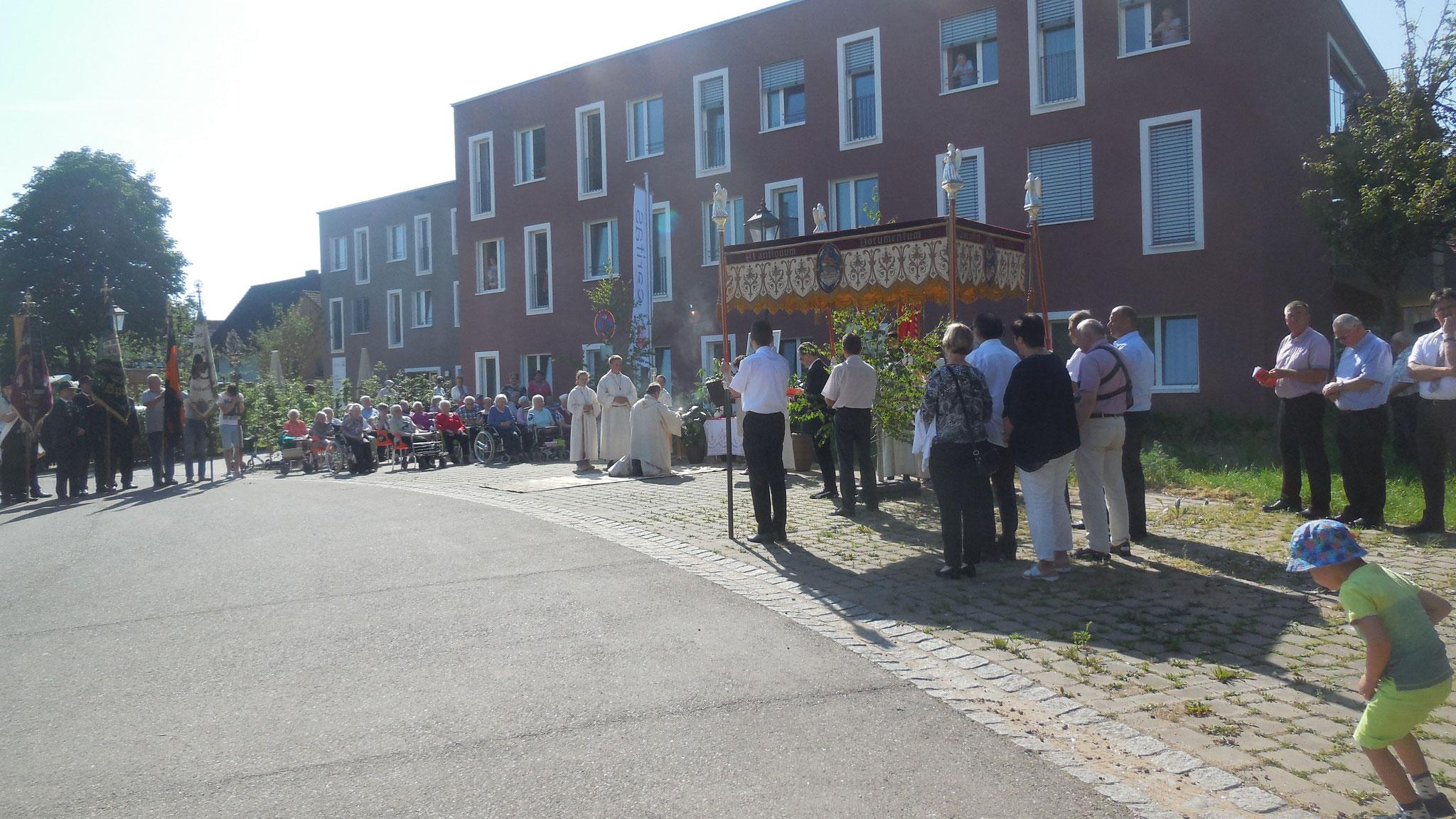 Fronleichnamsprozession Spalt, Station am Caritas-Seniorenheim