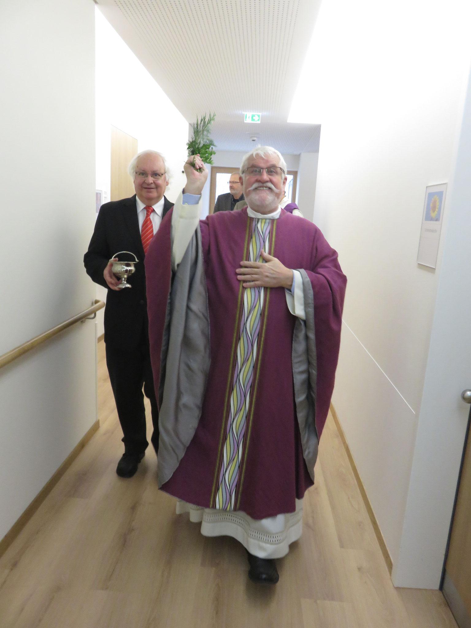 Caritasdirektor Franz Mattes und Josef Zimmermann bei der Segnung der Neubaus