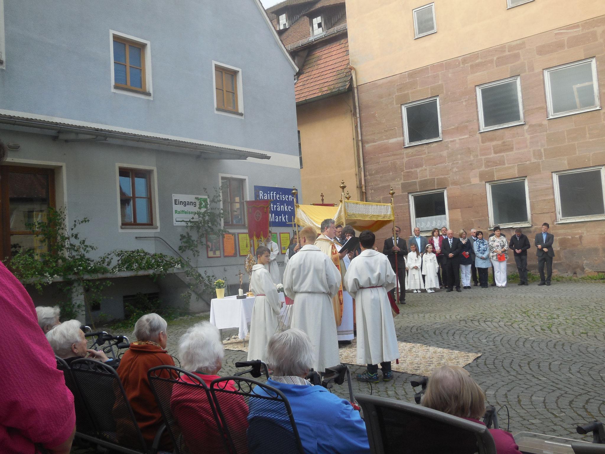Fronleichnamsprozession in Spalt, Station am Caritas Seniorenheim St. Nikolaus