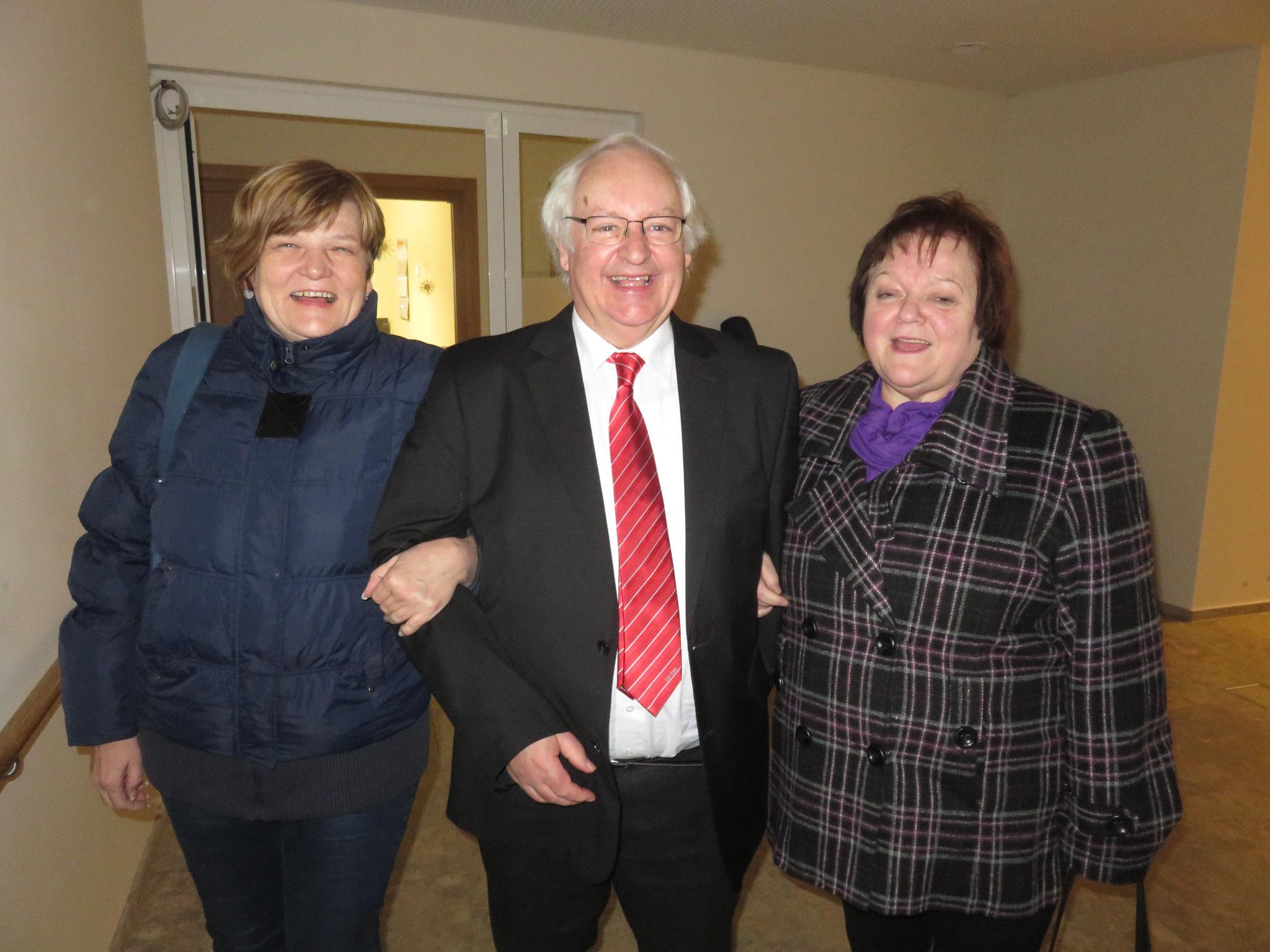 Josef Zimmermann mit Monika Schiebel und Marianne Werzinger von der Caritas Sozialstation