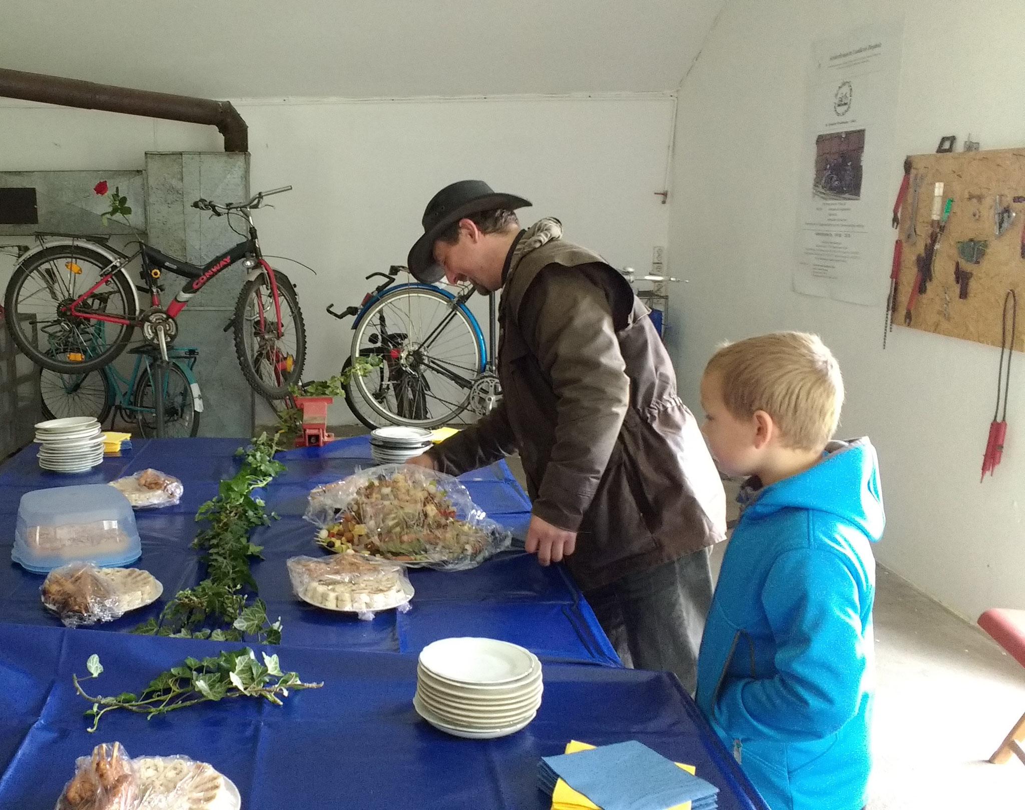 Die Firma Borcherding und Eltern spenden die Speisen.