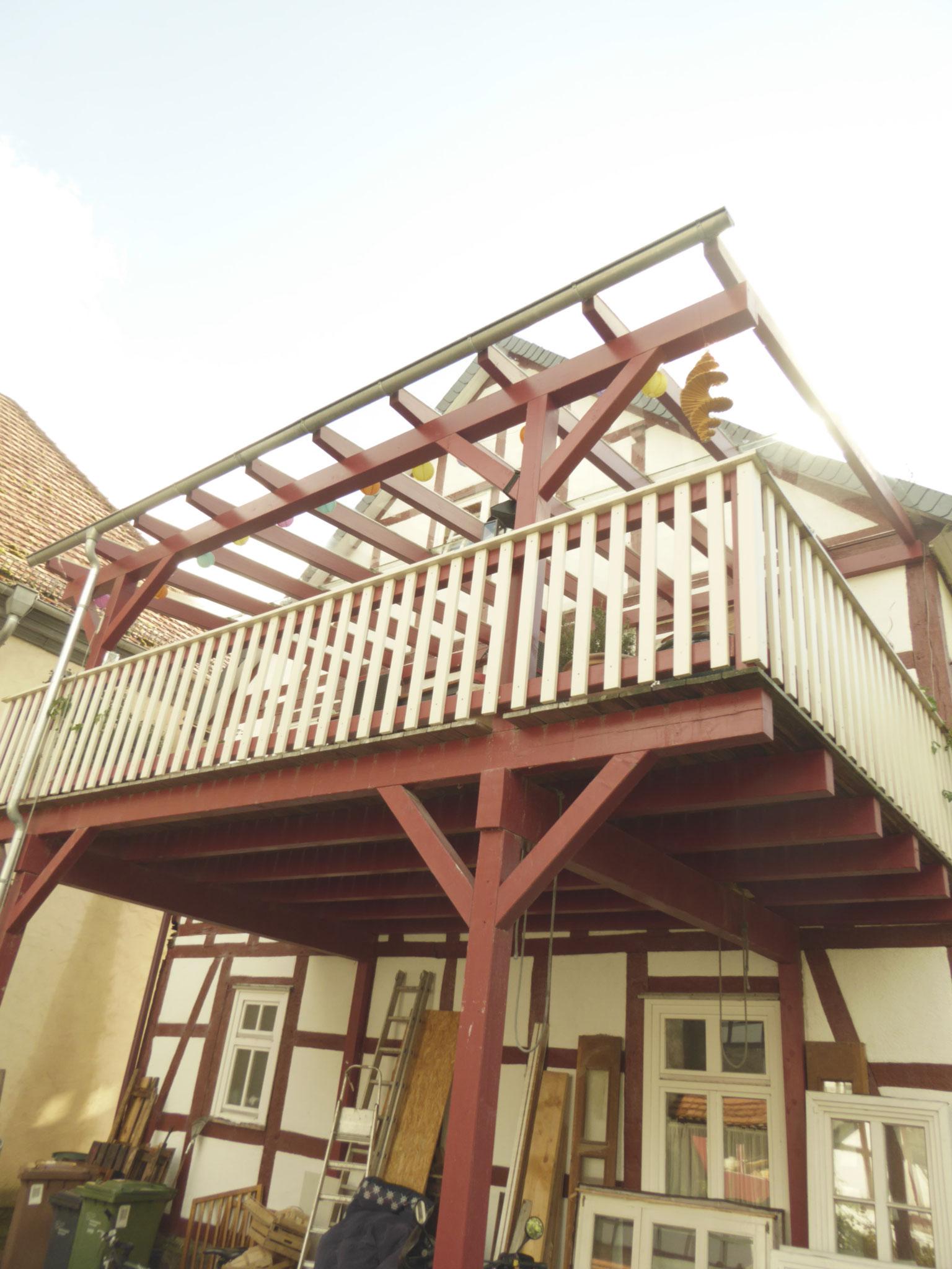 Carport unten, Balkon mit Glasdach oben