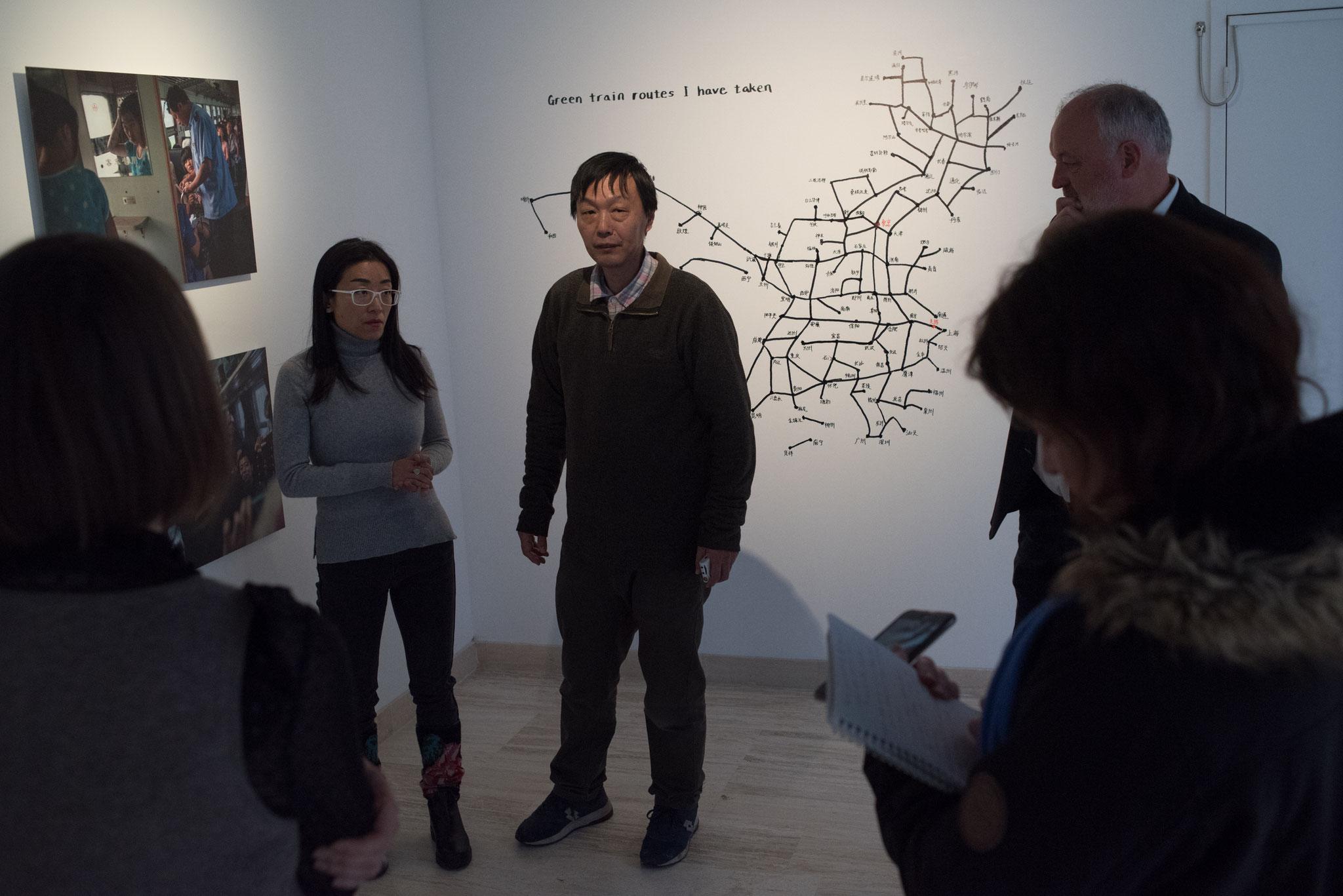 法国布列塔尼当地记者采访摄影师钱海峰