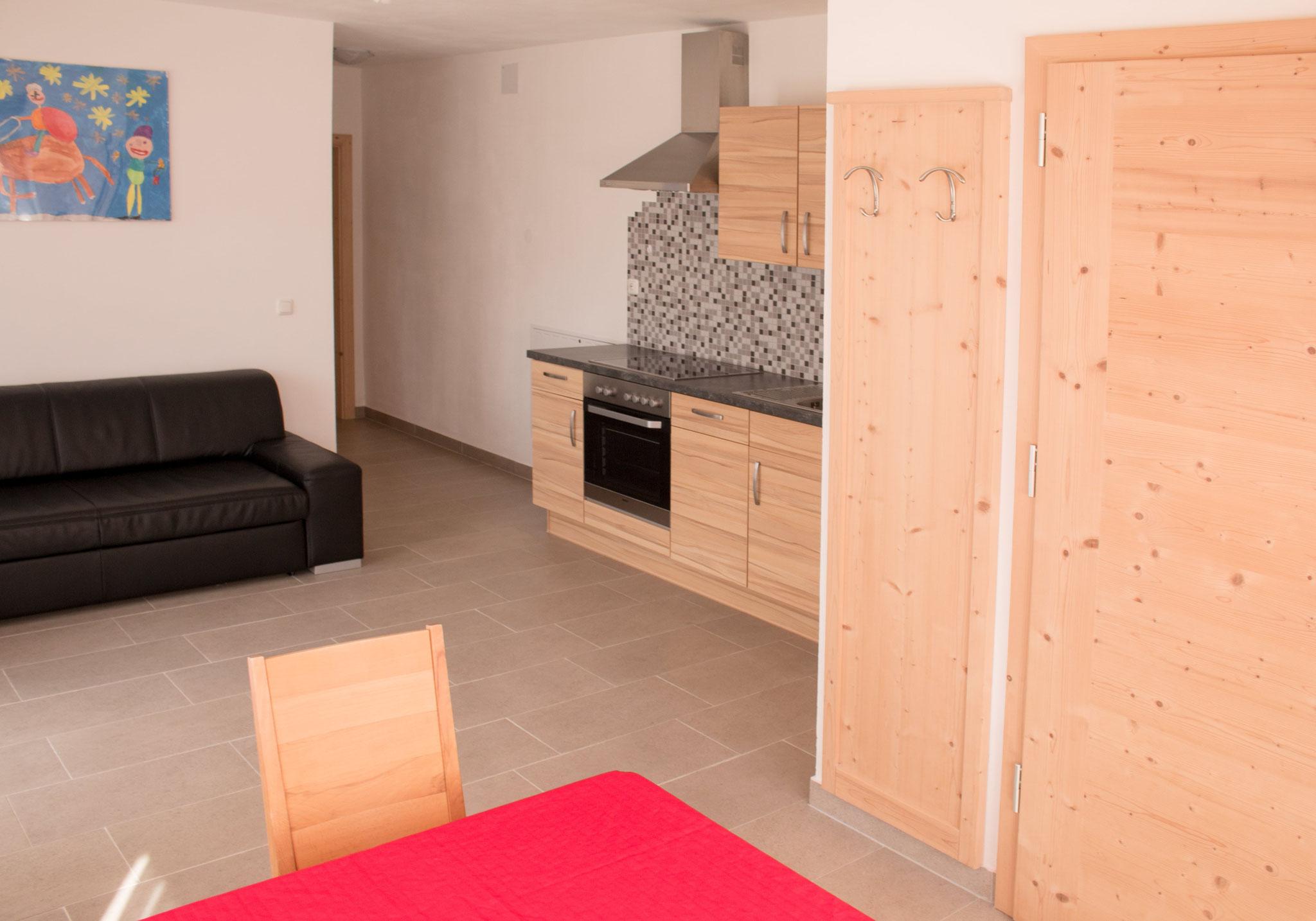 Wohnbereich mit Küche und Couch