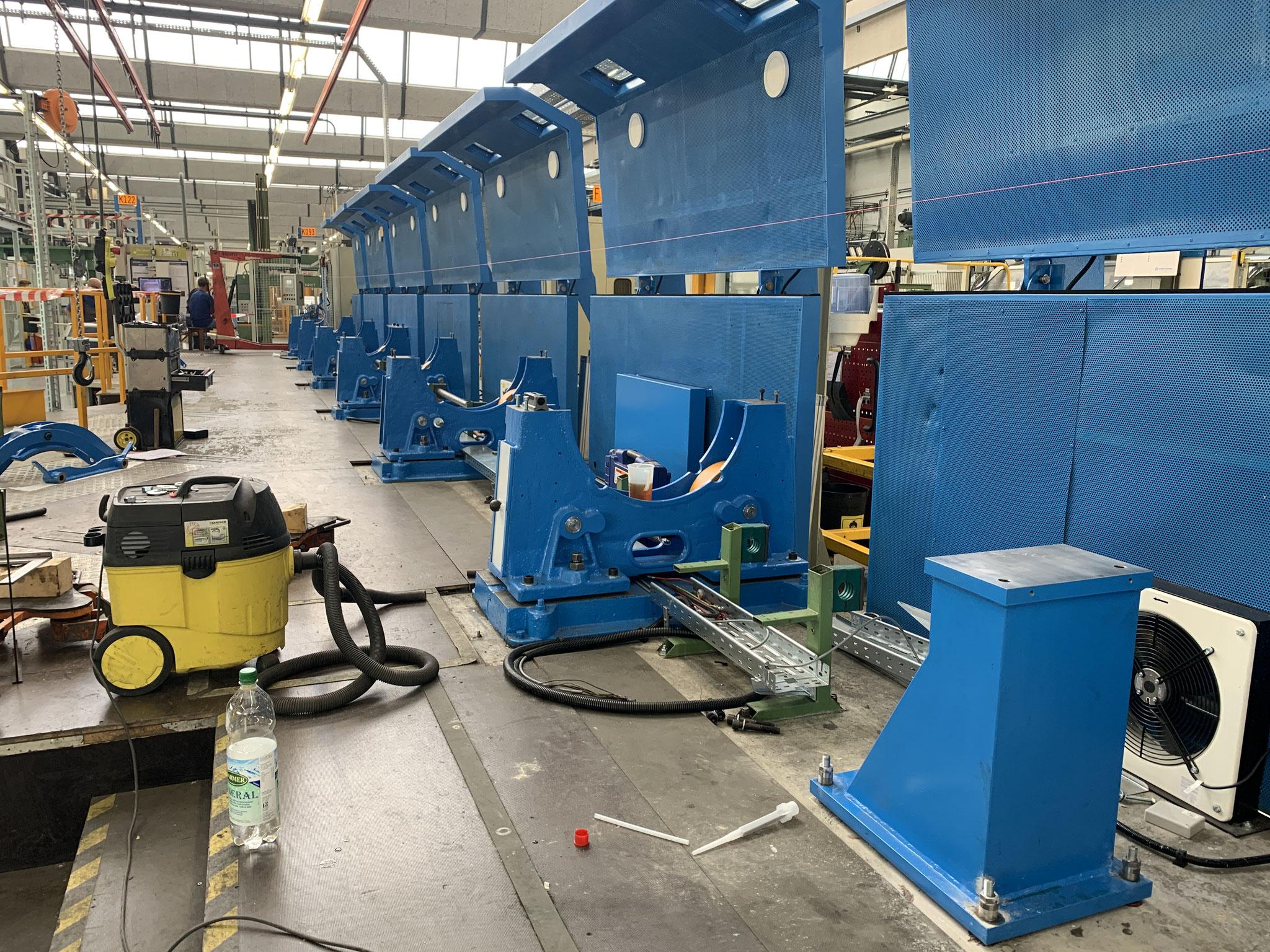 Endmontage einer revidierten Rohrverseilmaschine beim Kunden