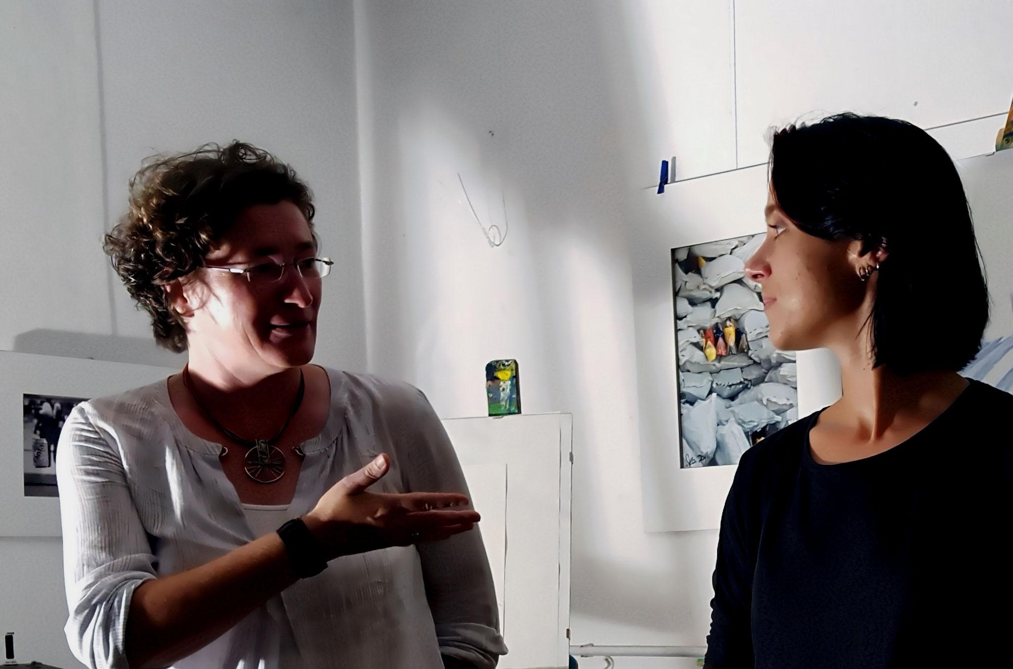 Gisela Weinhändler (links), Sabine Brand (rechts) bei der Einführung in die Veranstaltung