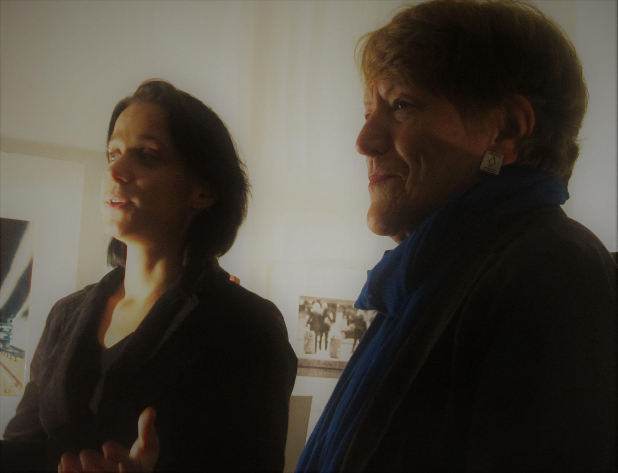 Moderatorin Sabine Brandl (links), Hedwig M Kraus (rechts)