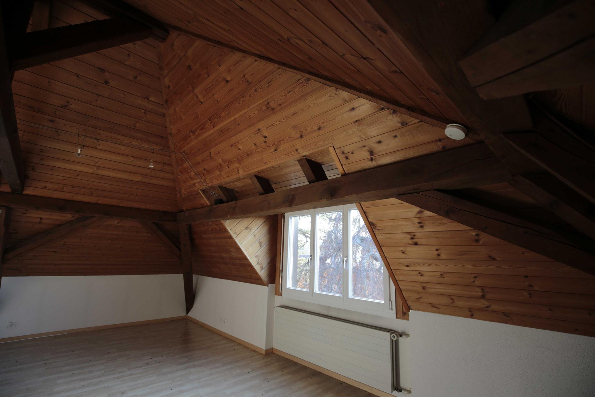 Wohnzimmer mit schönem Gebälk und abgeschrägter Decke