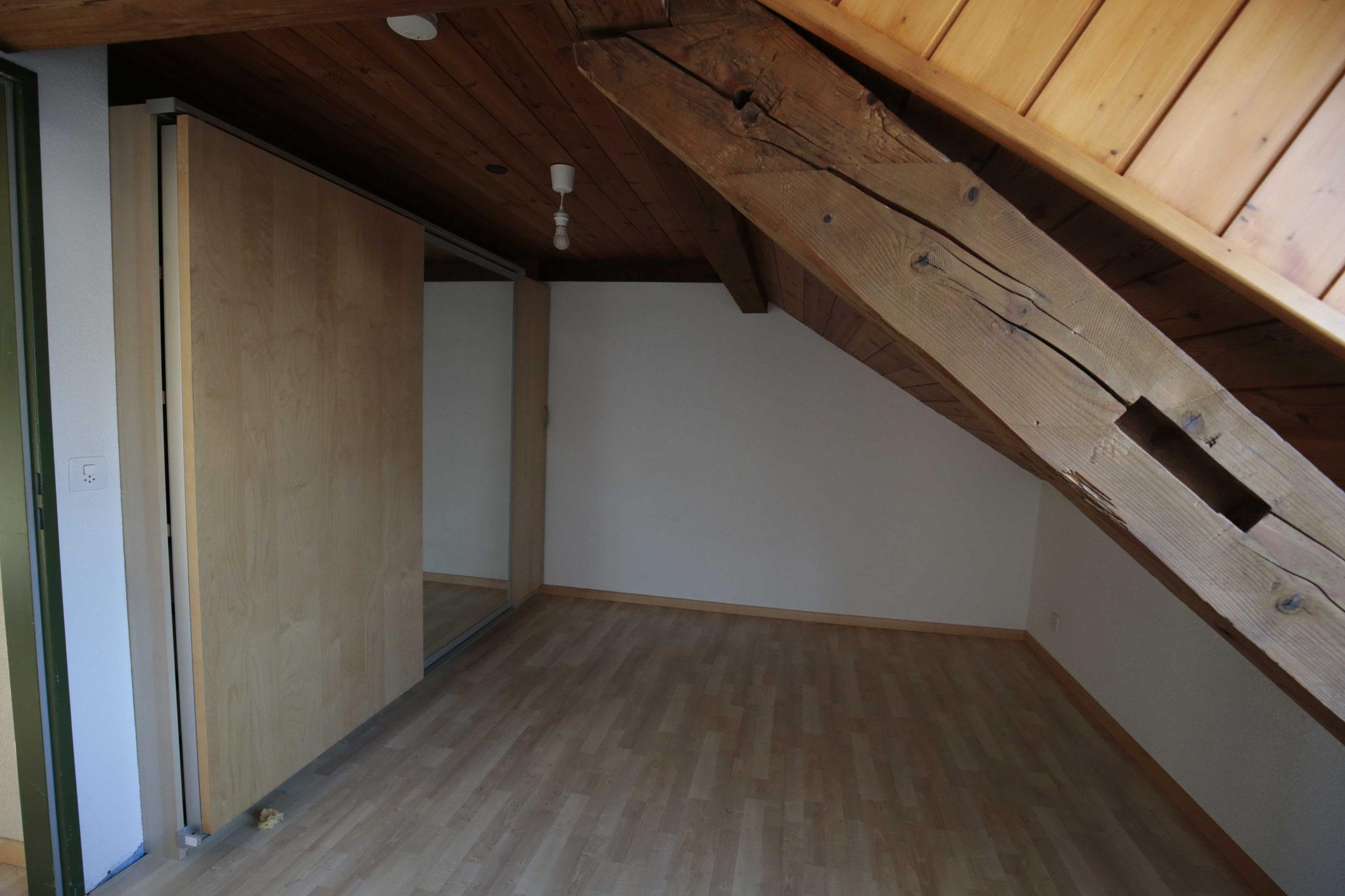 Schlafzimmer ebenfalls mit abgeschrägter Decke