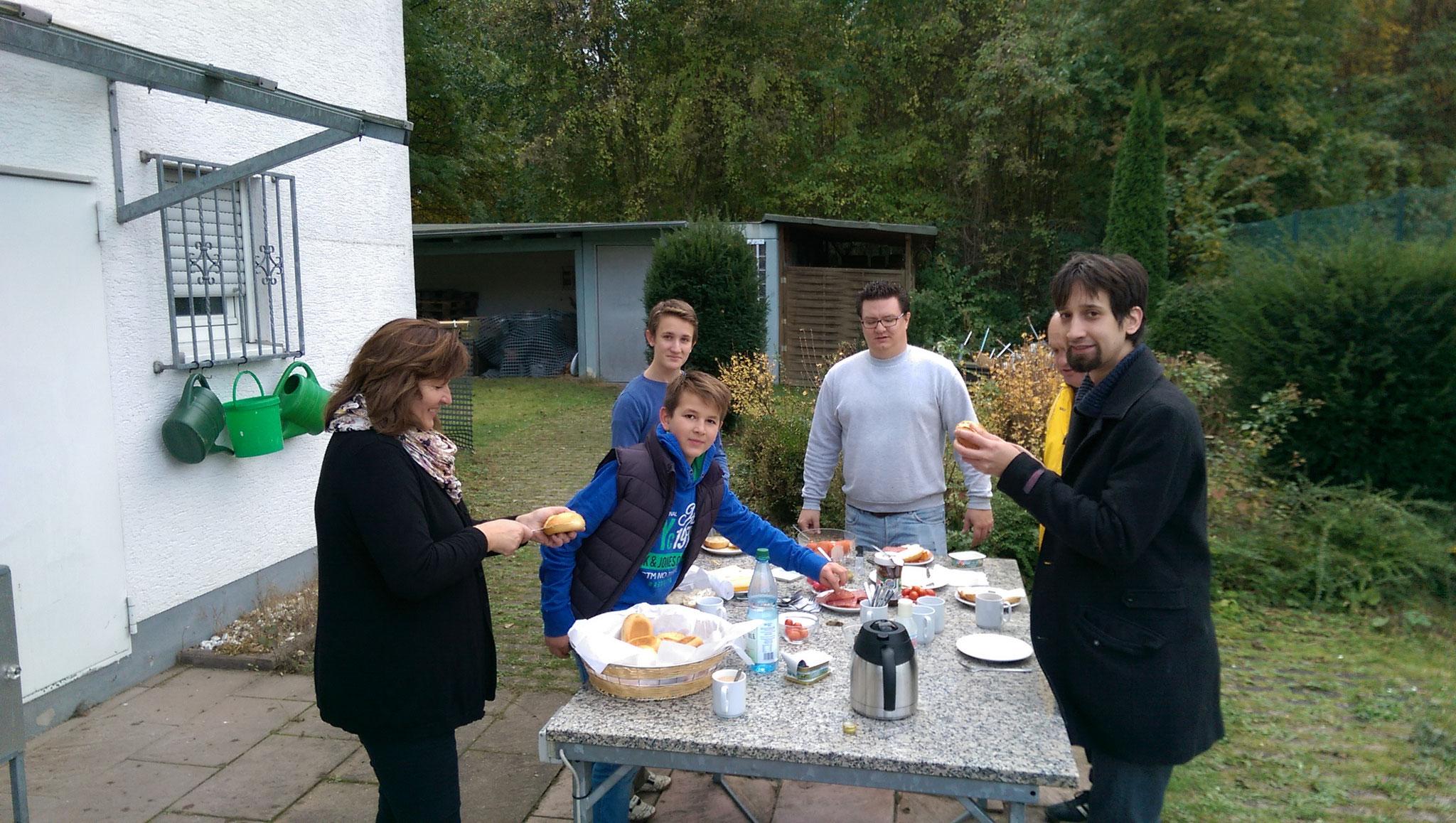 Die Helfer von P & B beim wohlverdienten Frühstück