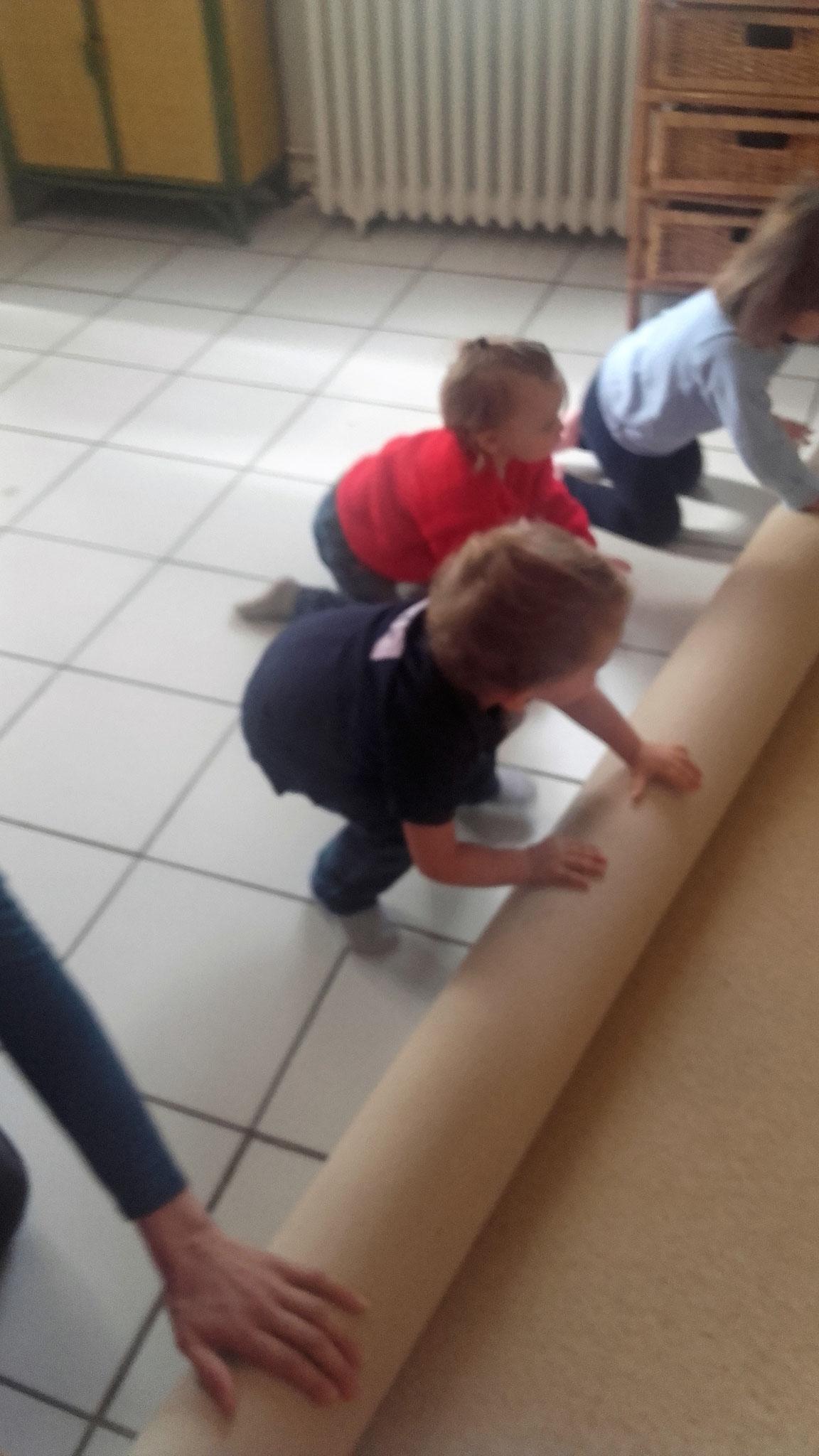 Grand plaisir des enfants : rouler le tapis à la fin de l'atelier !