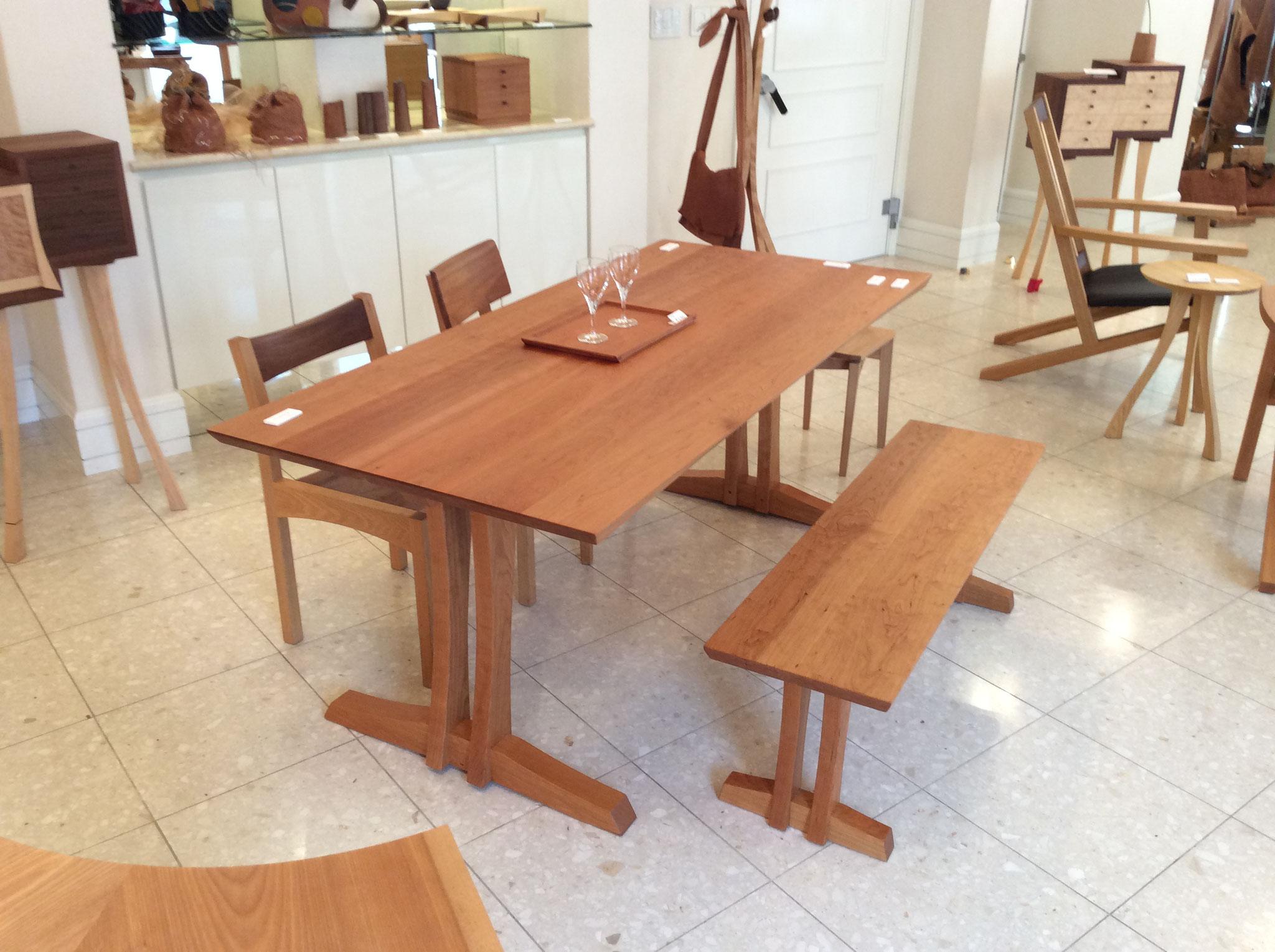 ダイニングテーブルとベンチ、椅子の組みあわせ。/八ヶ岳の家具工房ZEROSSOの創作家具