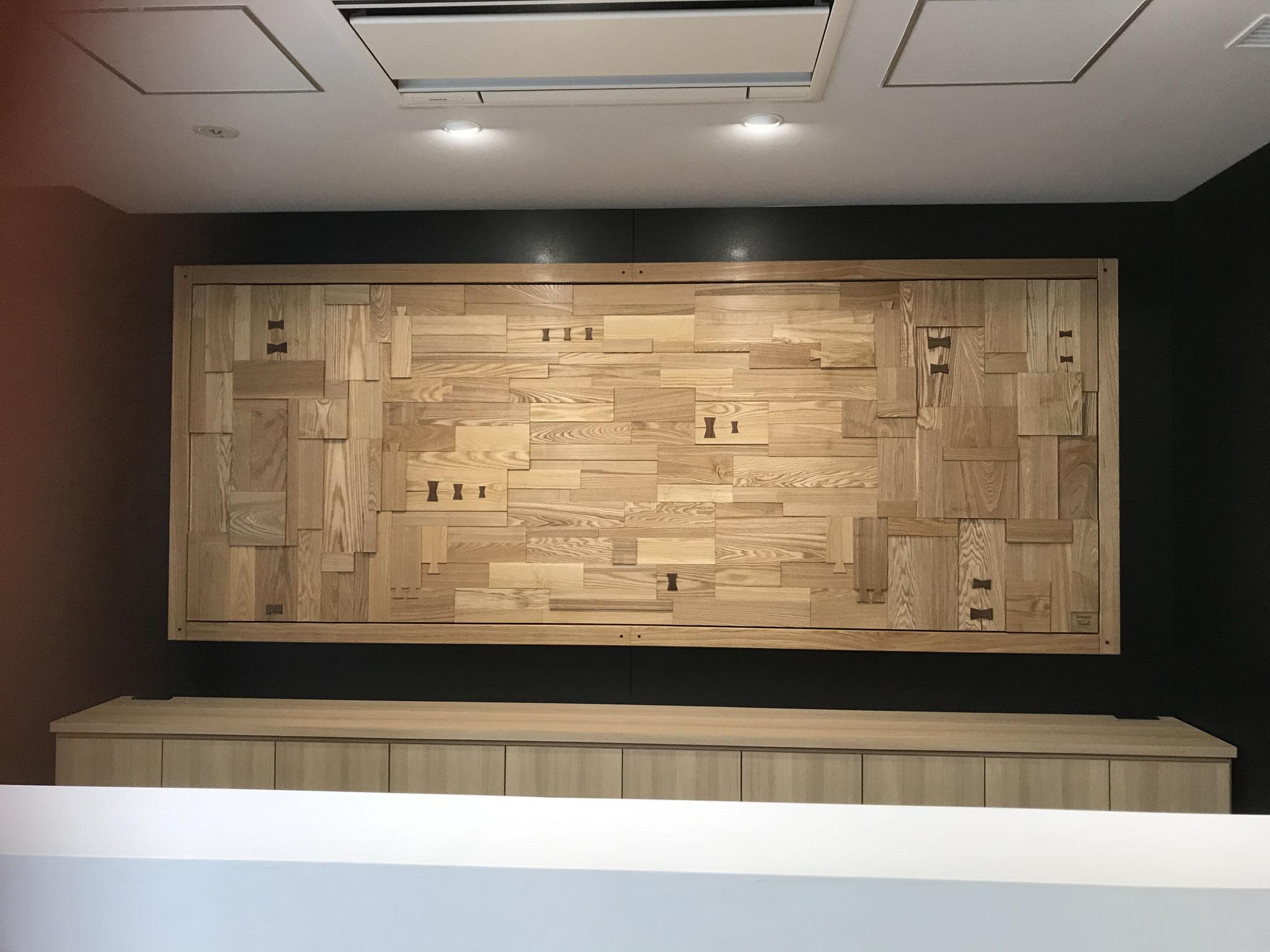 壁面レリーフ作品。ホテルのフロント背面の壁面に設置したもの。タモの板を組み合わせて濃淡と厚みの差で動きを表現した大作。/八ヶ岳の家具工房ZEROSSOのアート作品、創作家具