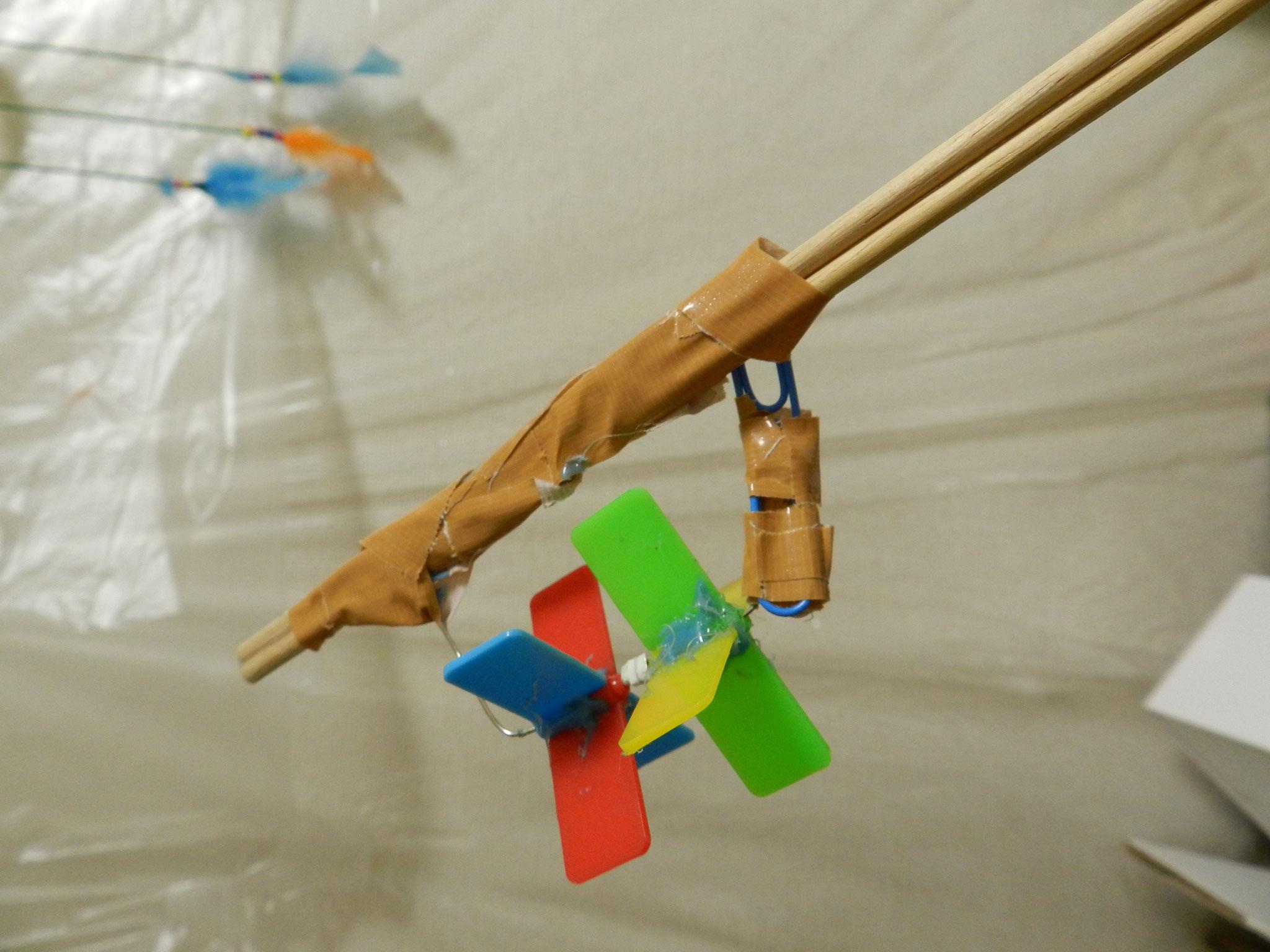 長い木の棒の先端に風車を作りました★(小1)試行錯誤を繰り返し根気よく取り組みました。