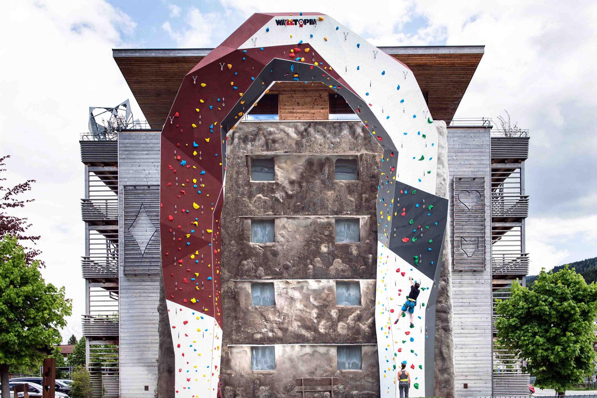 15m hohe Außenkletterwand mit  19 verschiedenen Kletterrouten