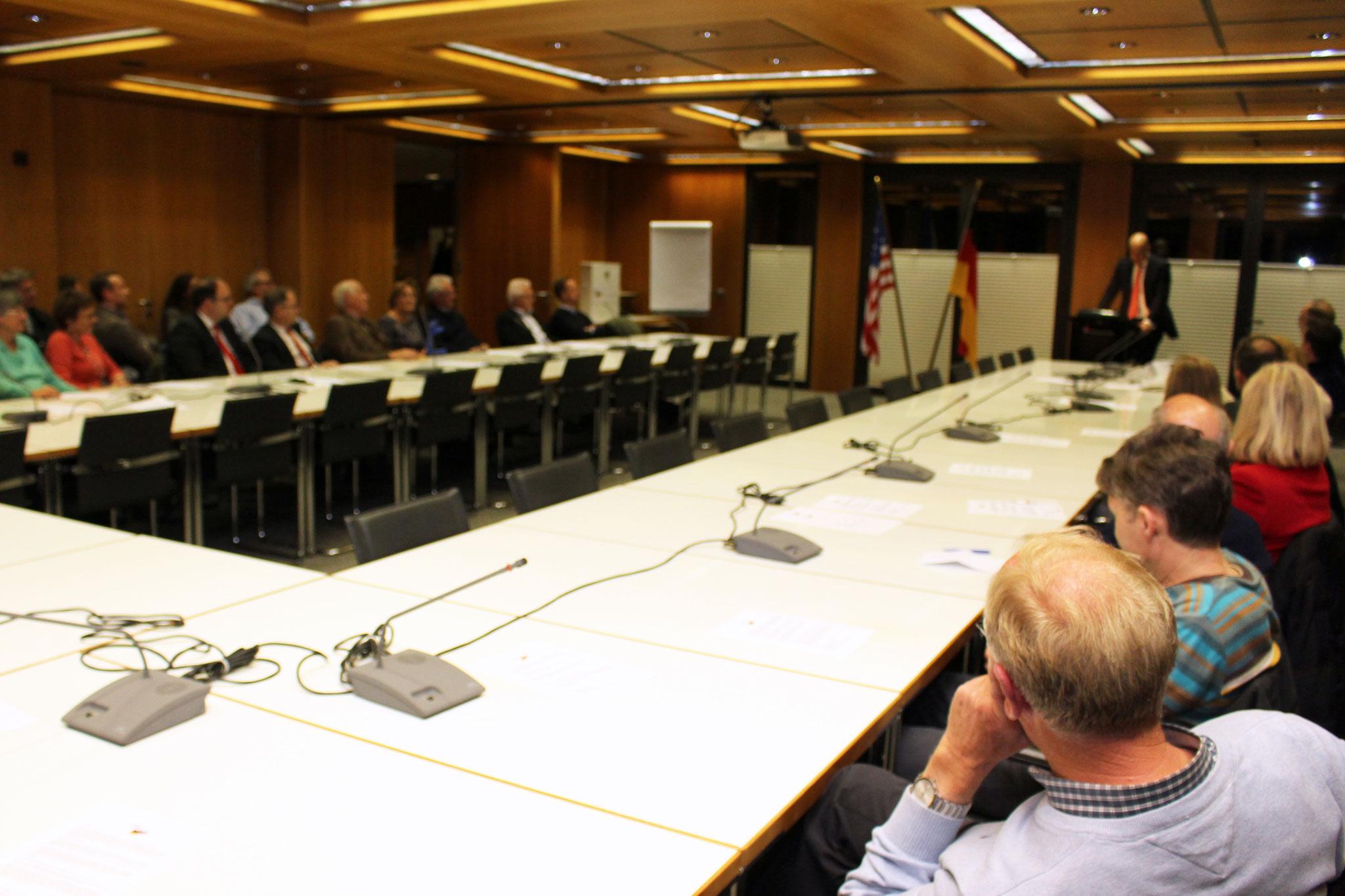 Interessierte Zuhörer beim Vortrag in Hofheim. Bild: MTK