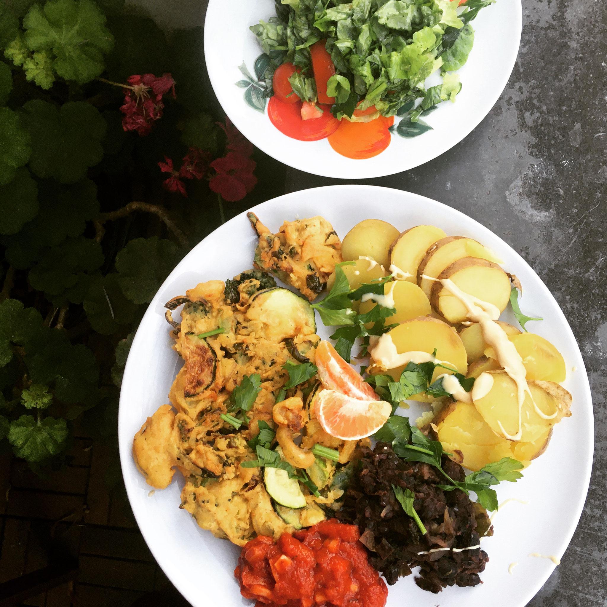 Pakora-Puffer mit Salsa, Auberginen-Bohnen-Hummus & Kartoffeln (Lunch & Dinner)