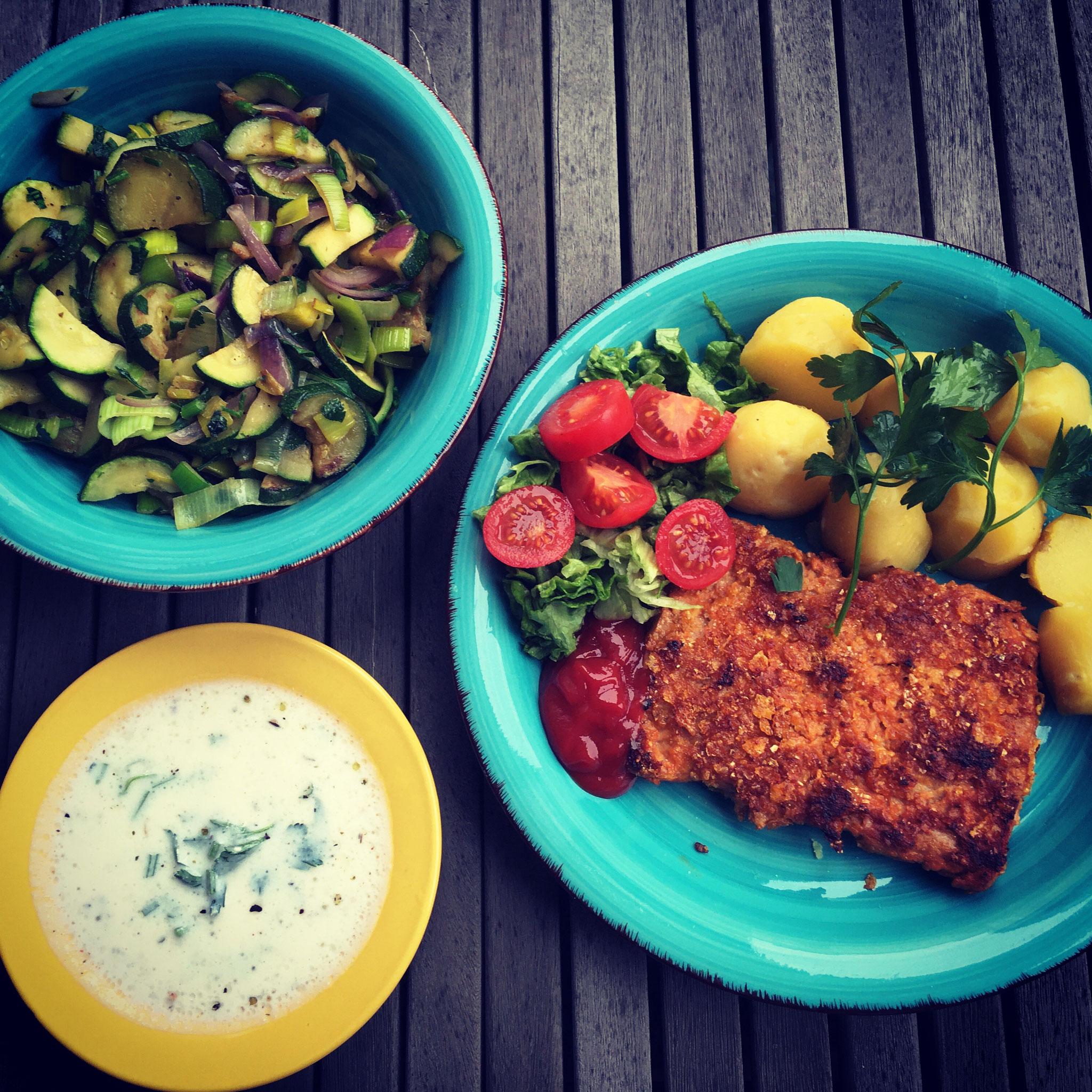 Soja-Schnitzel in Cornflakes-Pannade mit Zucchini-Gemüse, Kartoffeln & Soja-Yoghurt-Dip (Lunch & Dinner)