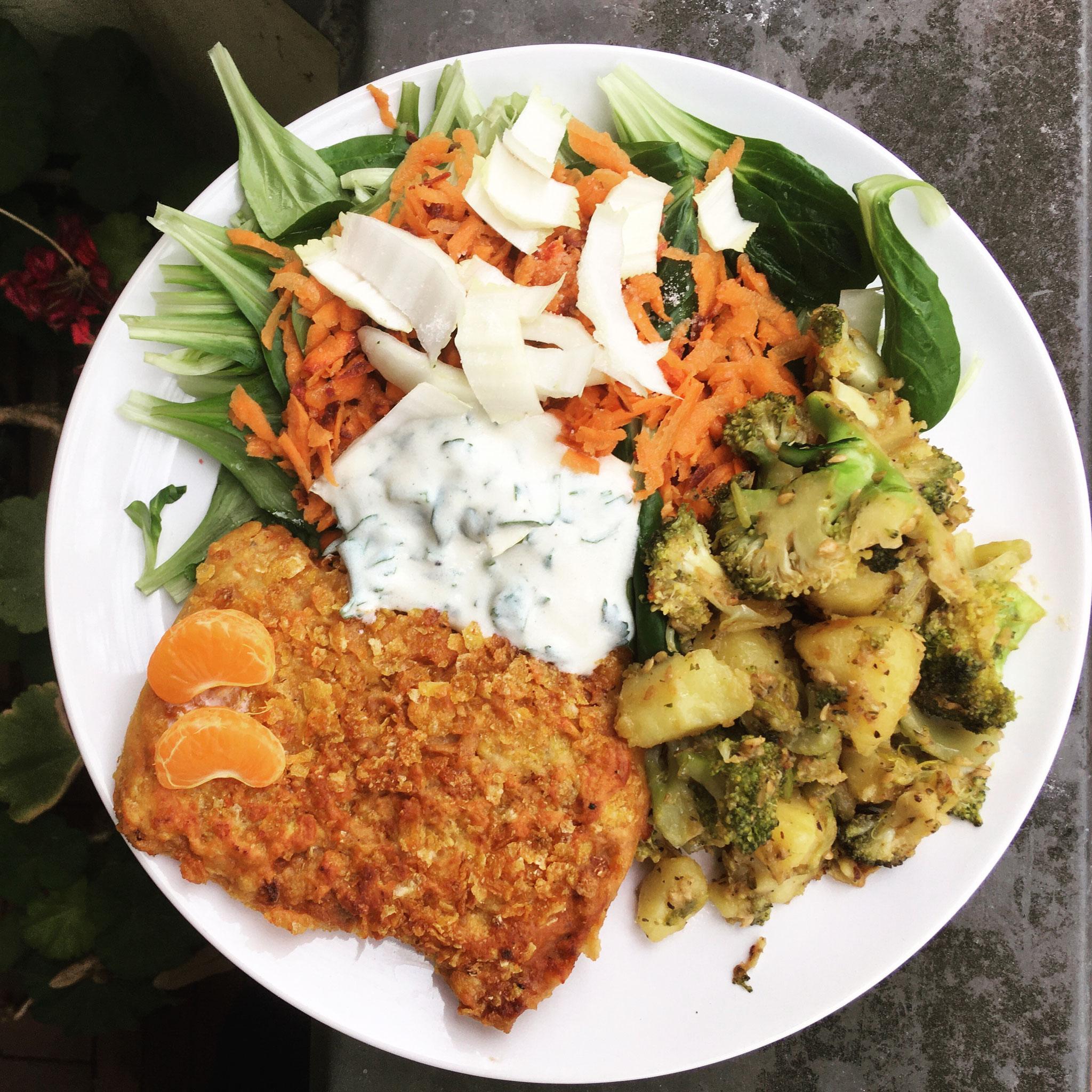 Soja-Schnitzel in Cornflakes-Pannade mit Brokkoli-Kartoffel-Pfanne, Salat & Soja-Yoghurt-Dip (Lunch & Dinner)