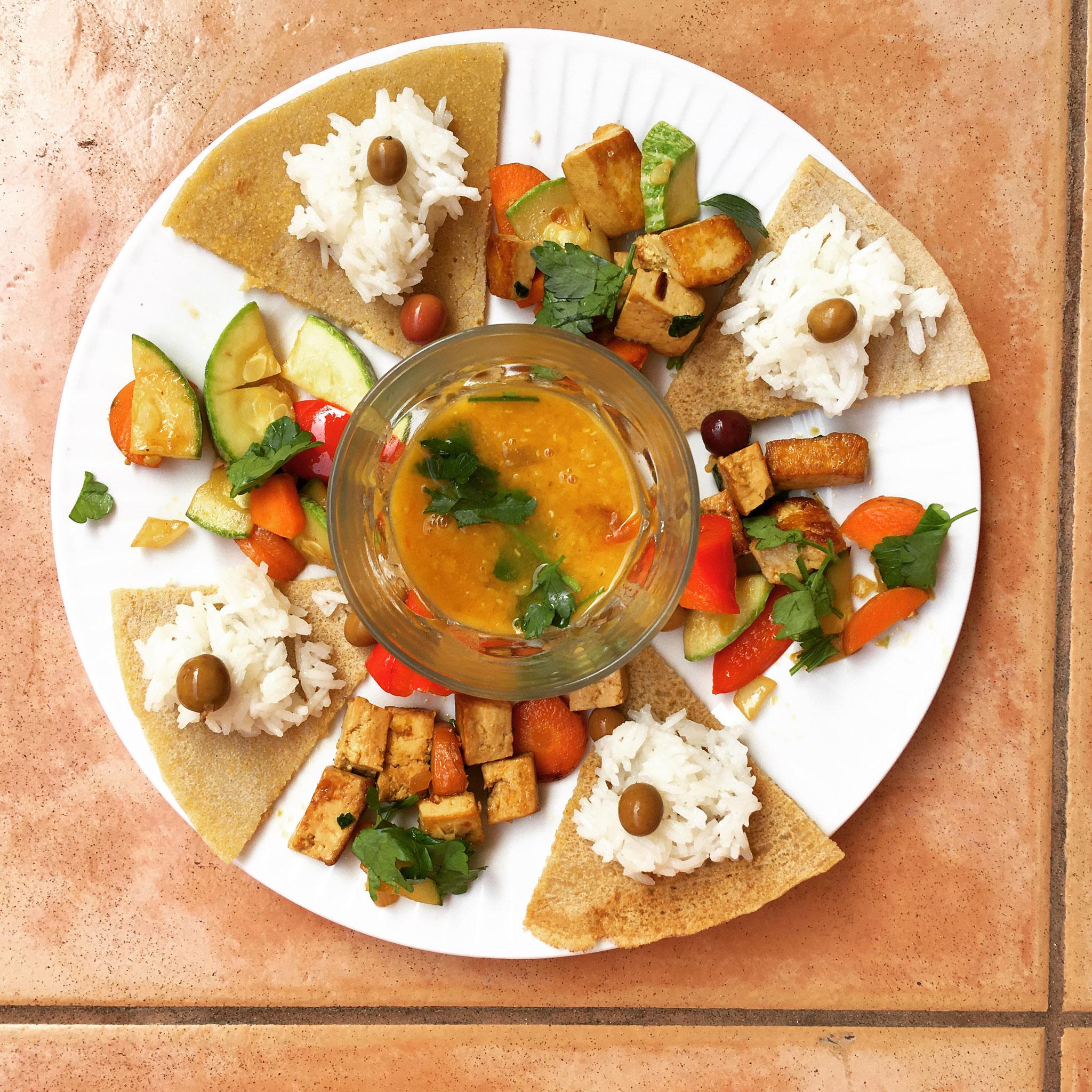 Gemüse-Tofu-Pfanne mit Reis, Buchweizen-Mais-Chapati und Dal (Breakfast)