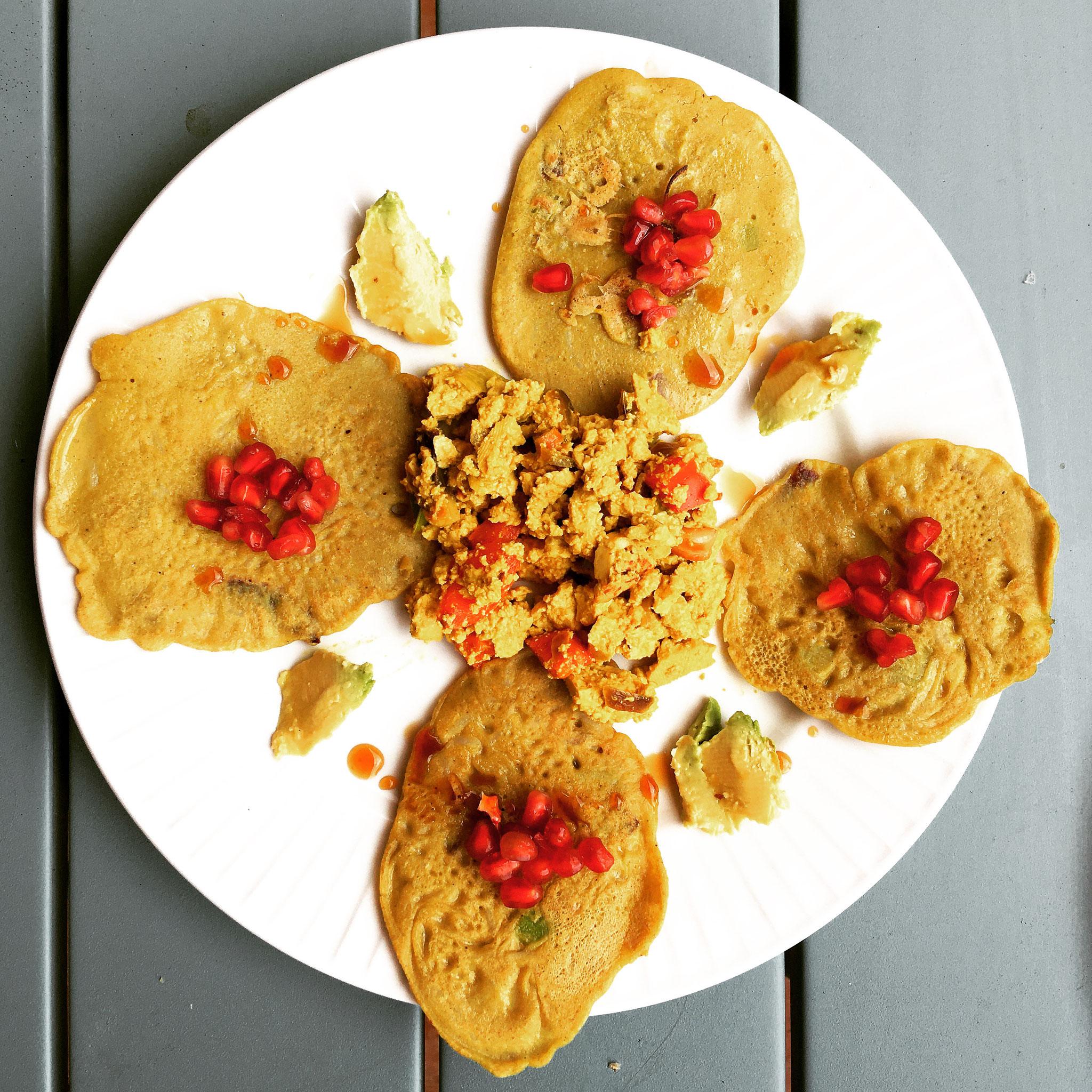 Rühr-Tofu mit Buchweizen-Cremes & Avocado (Breakfast)
