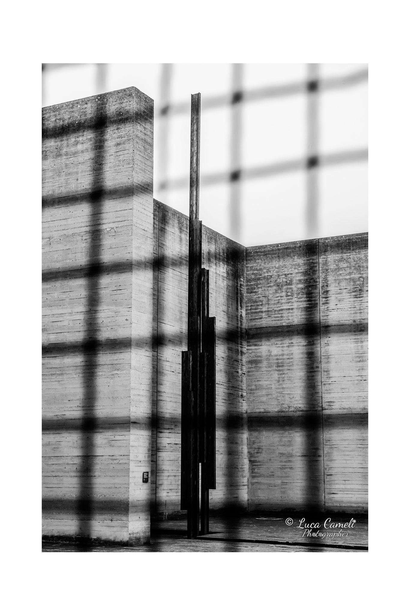 """""""E adesso sono nel vento"""" Risiera di San Sabba, Trieste (2019). Impronta del camino e immagine in ferro del fumo vista tra la grata della stanza delle celle. © Luca Cameli Photographer - Selezionato Venice International Art Fair 2020"""