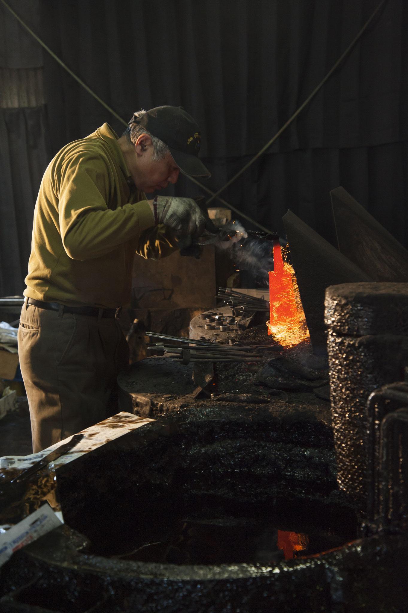 刃物に命を吹き込む焼入れ焼戻し。  徹底した温度管理をするため、一枚一枚手焼入れをしています。