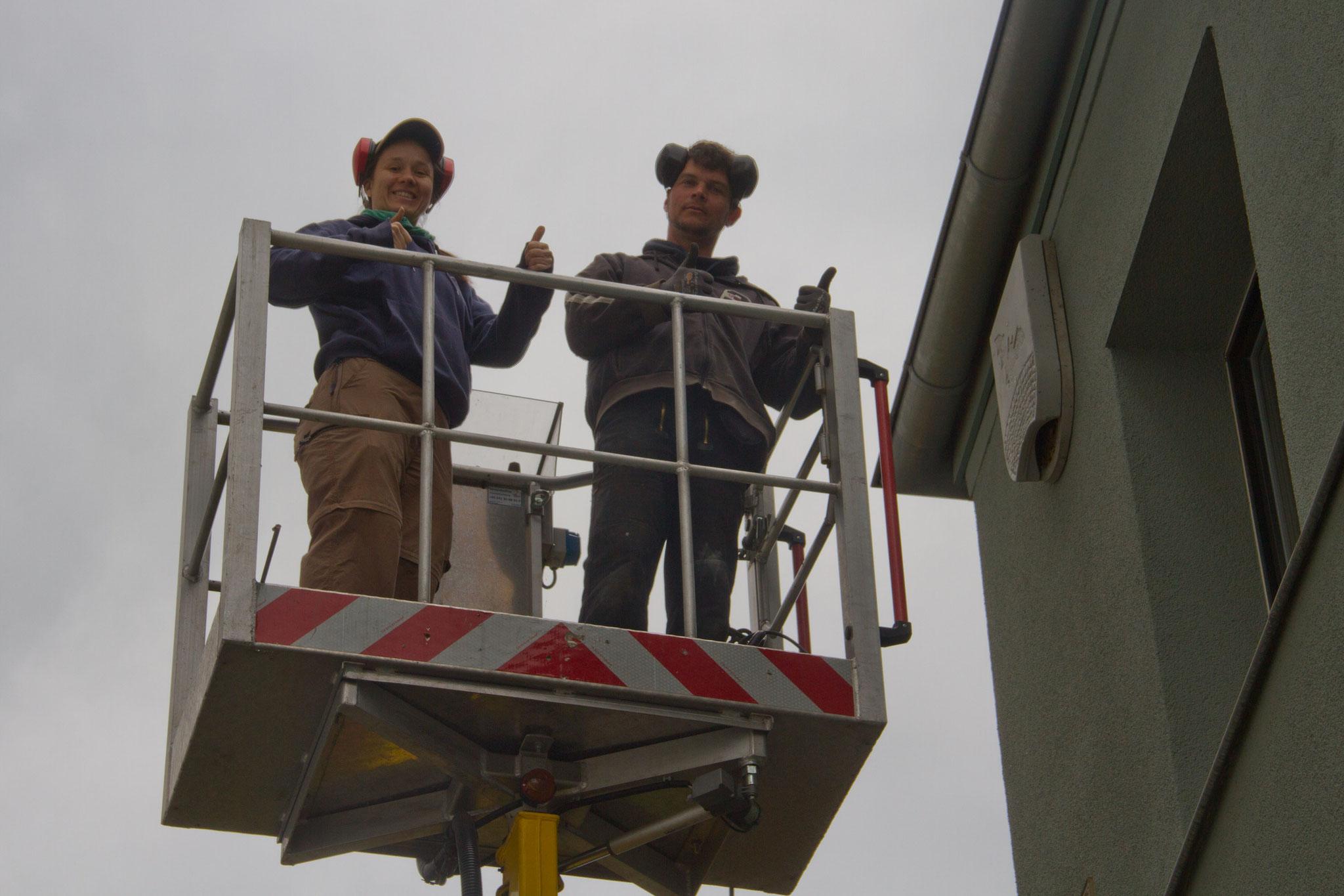 Ein Höhepunkt war schließlich, dass das Schulgebäude mit einem neuen Fledermauskasten ausgestattet wurde.