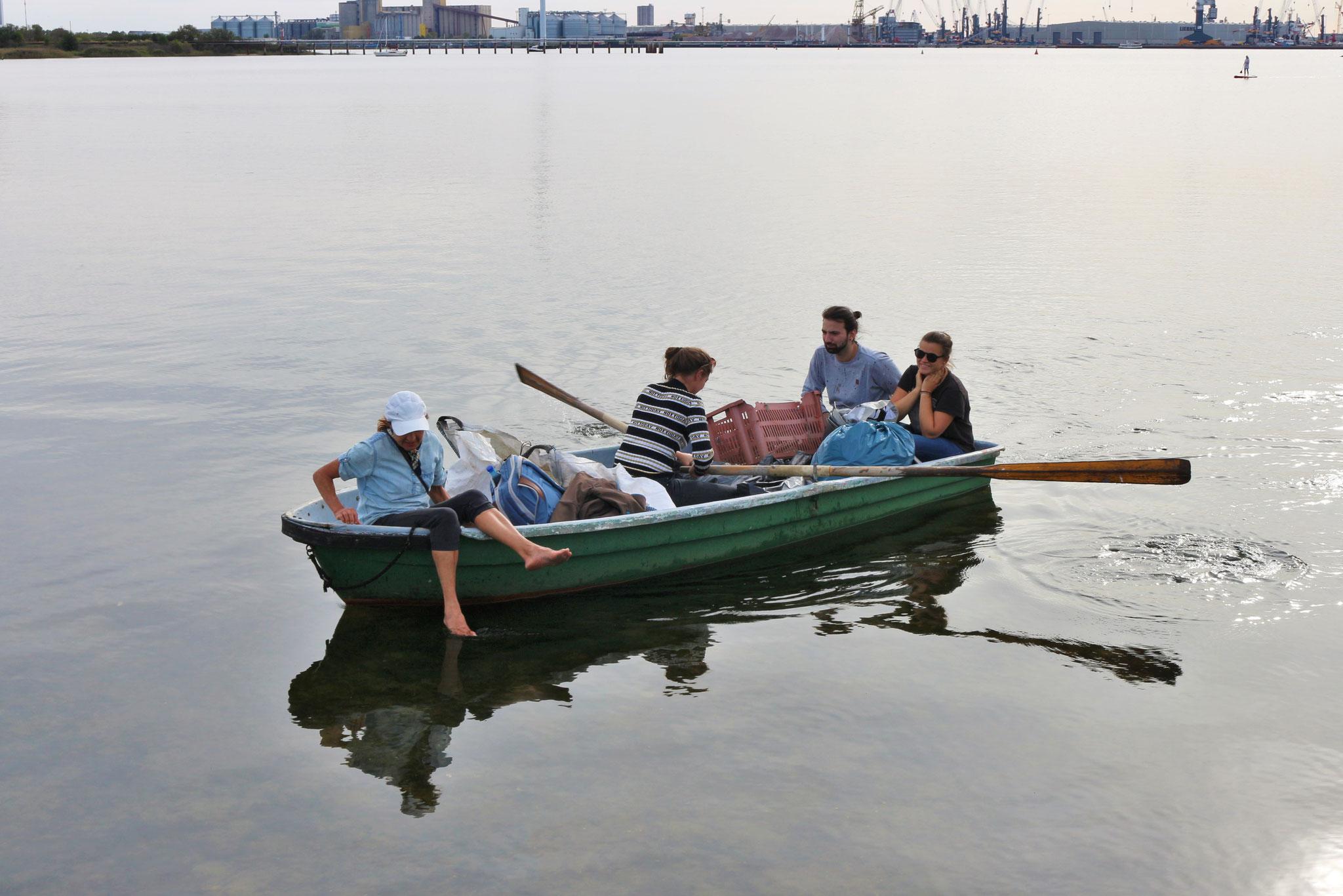Mit Ruderbooten wurden entlegenere Ufer erreicht...