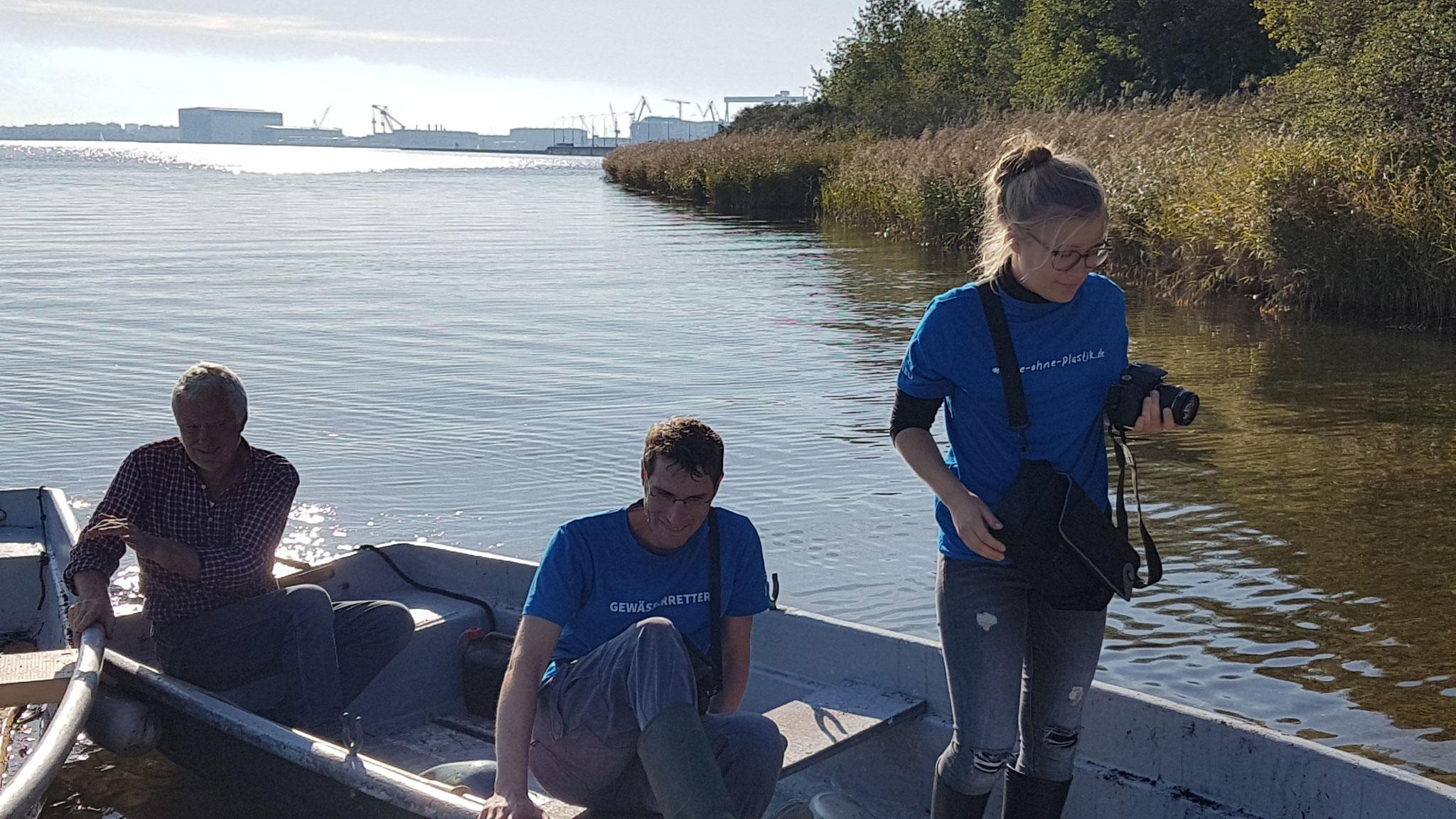 Helfer*innen werden vom Verein zum Erhalt traditioneller Schiffe an das GLB Wollkuhl gefahren. Bildautor: NABU Regionalverband Mittleres Mecklenburg e.V.