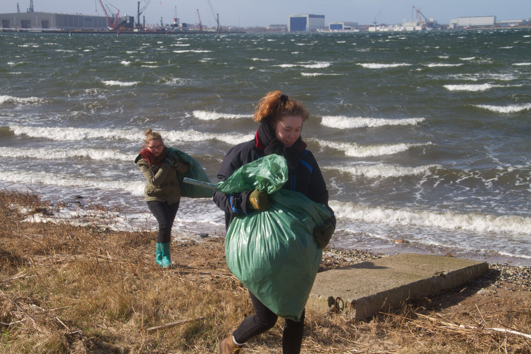 Wir sammeln Müll von Stränden und anderen Naturräumen.