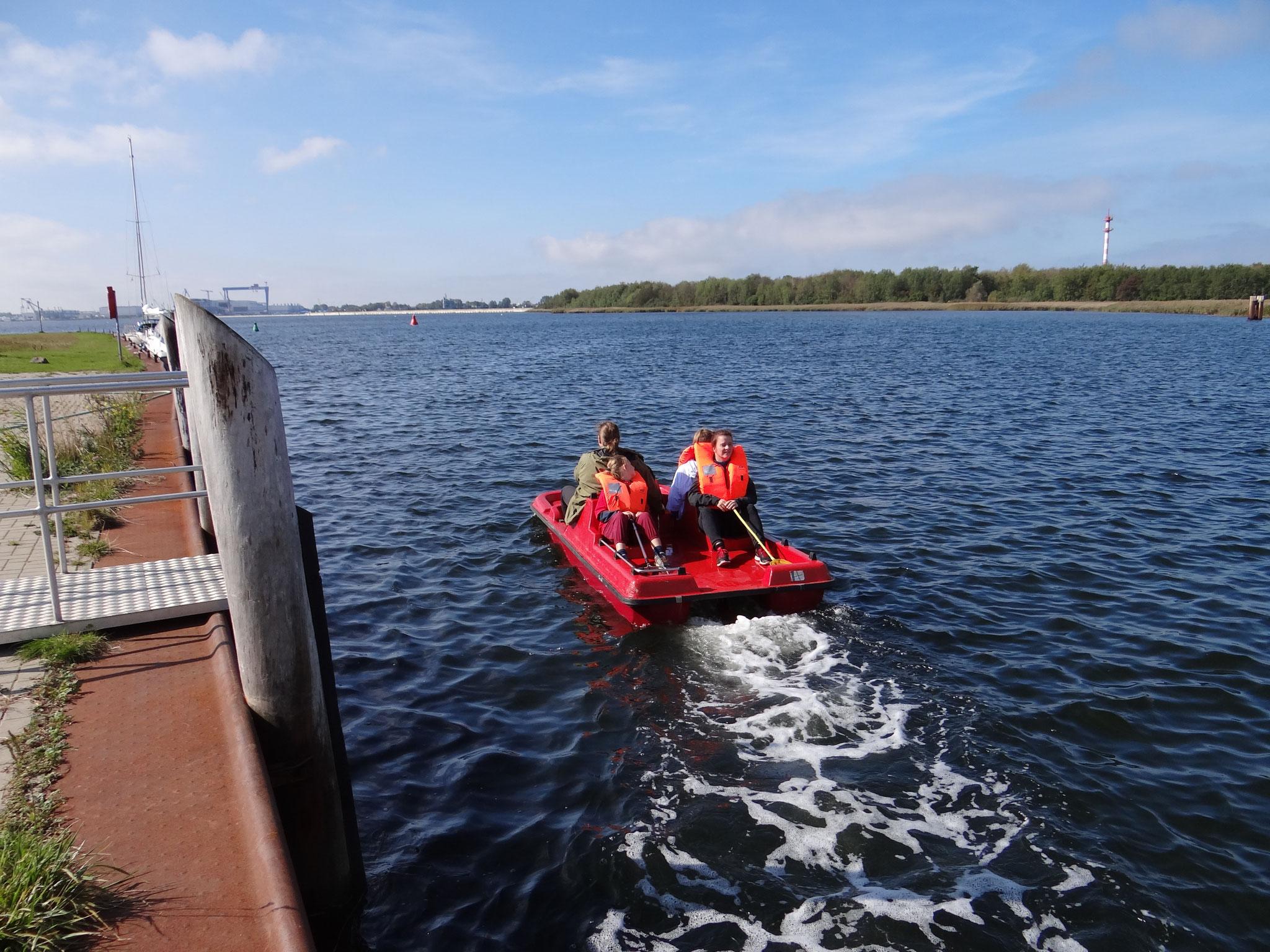 Müllsammeln mit dem Tretboot bringt Groß und Klein an diesem Tag am Breitling Spaß. Bildautor: NABU Regionalverband Mittleres Mecklenburg e.V.