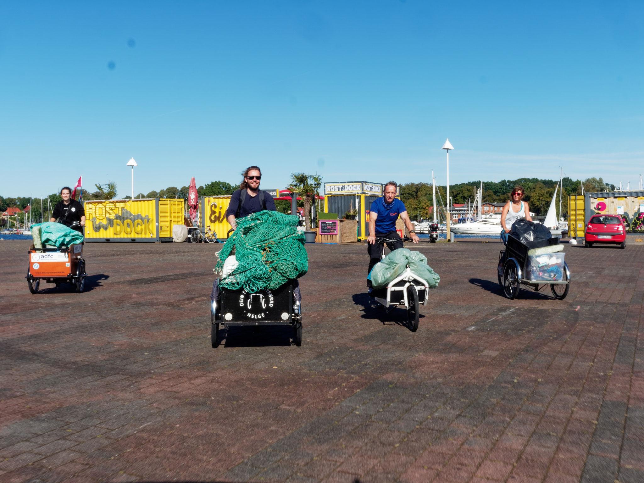 MDer Meeresmüll wird mit Lastenrädern vom Zirkus Fantasia zum Klimaaktionstag in der Langen Straße transportiert. Bildautor: Emiliano Leonardi