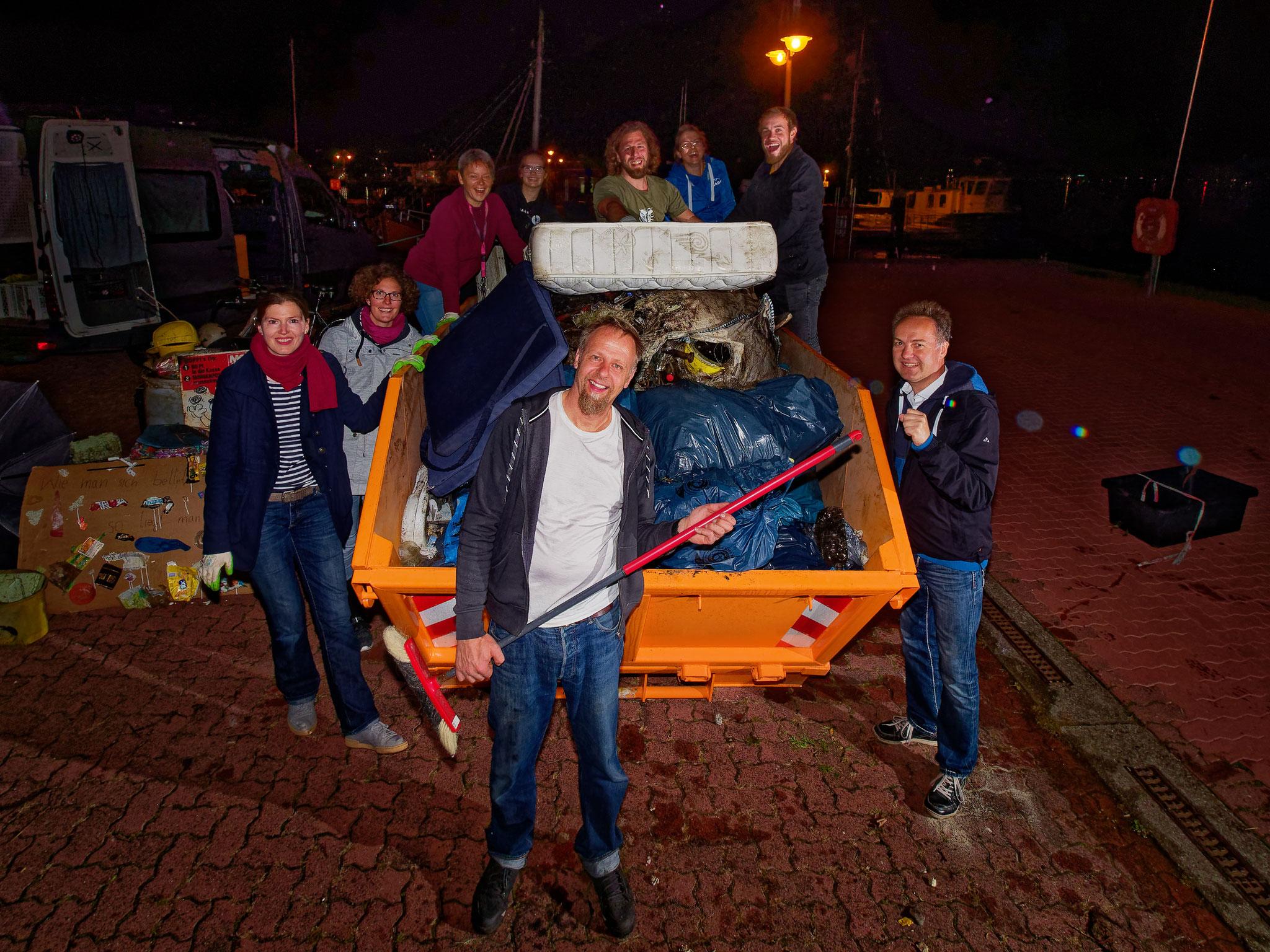 Gemeinsam mit dem Senator für Bauen und Umwelt, Holger Matthäus, wurden die insgesamt 2 700 kg Meeresmüll aller 12 Standorten des Küstenputz´ zusammengetragen und gewogen. Bildautor: Emiliano Leonardi