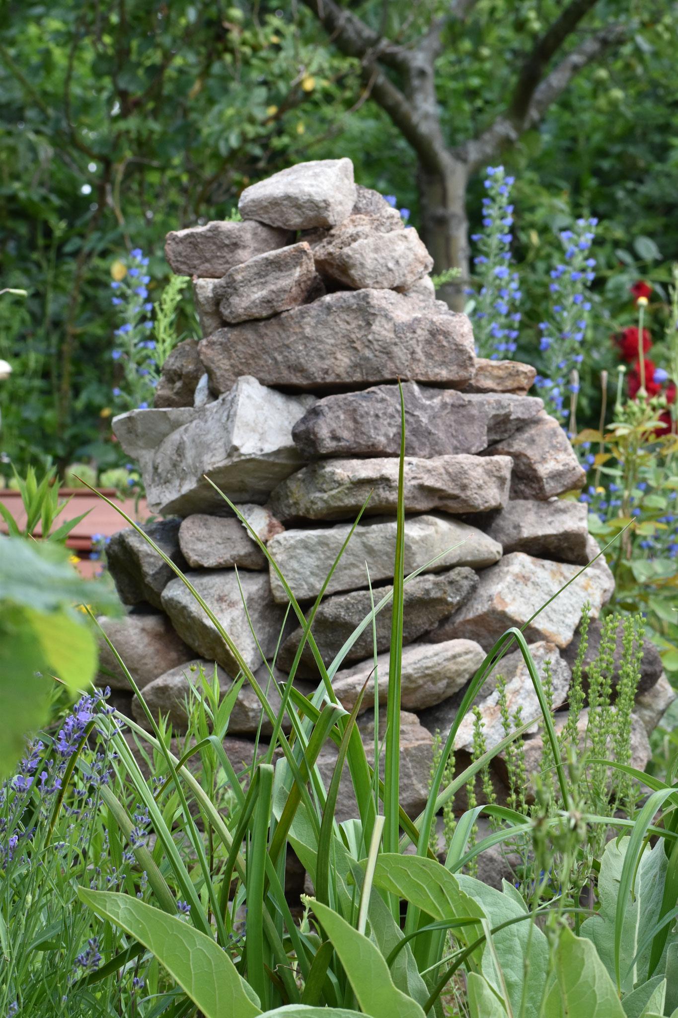 Pyramide aus heimischen Steinen als Unterschlupf für Insekten und Eidechsen (Foto: H. Seiß)